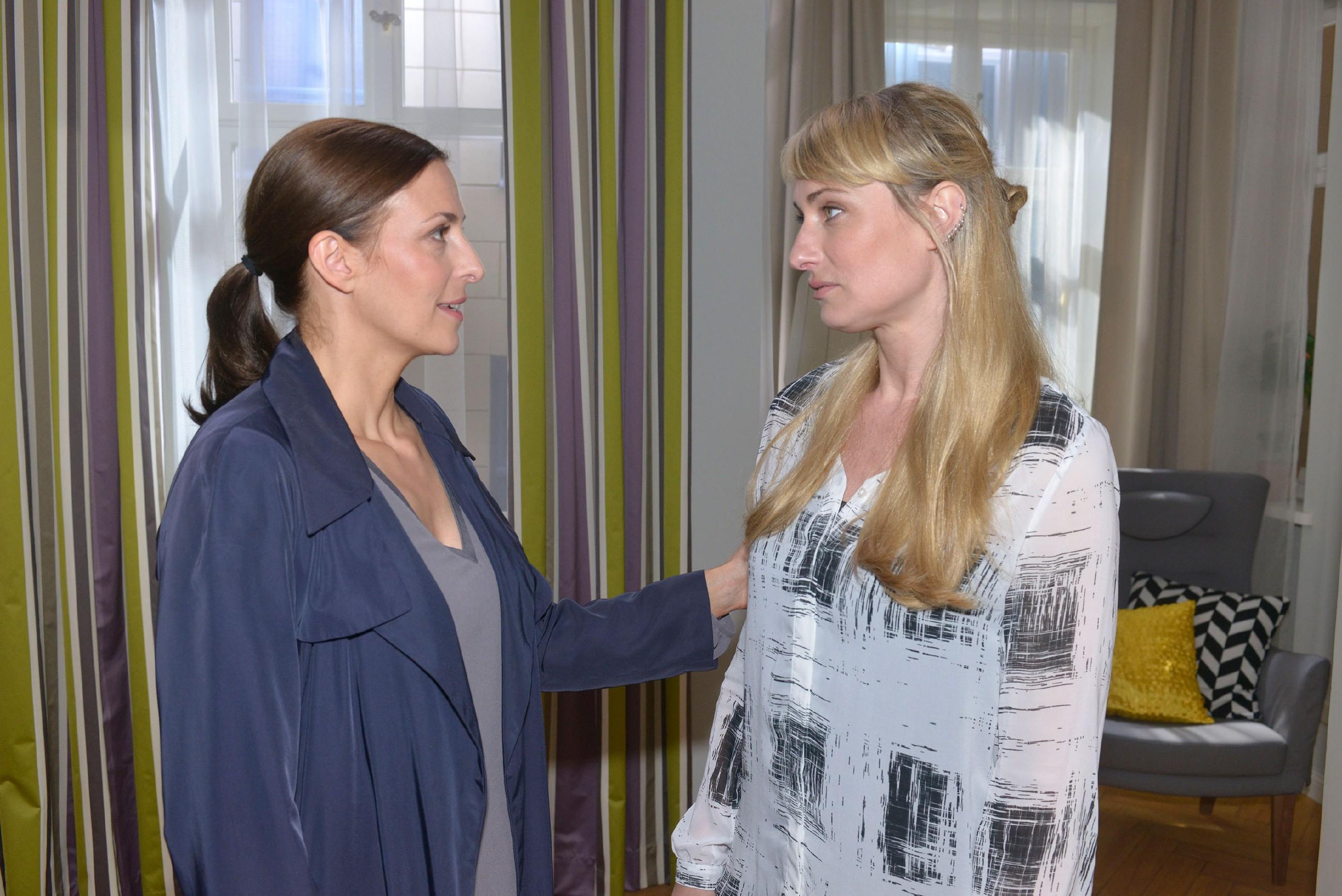 Katrins (Ulrike Frank, l.) erster Gang in Freiheit zu Maren (Eva Mona Rodekirchen), um ihrer Freundin zu danken und ihr Mut zuzusprechen, da Maren nun ein neuer Prozess erwartet. (Quelle: RTL / Rolf Baumgartner)