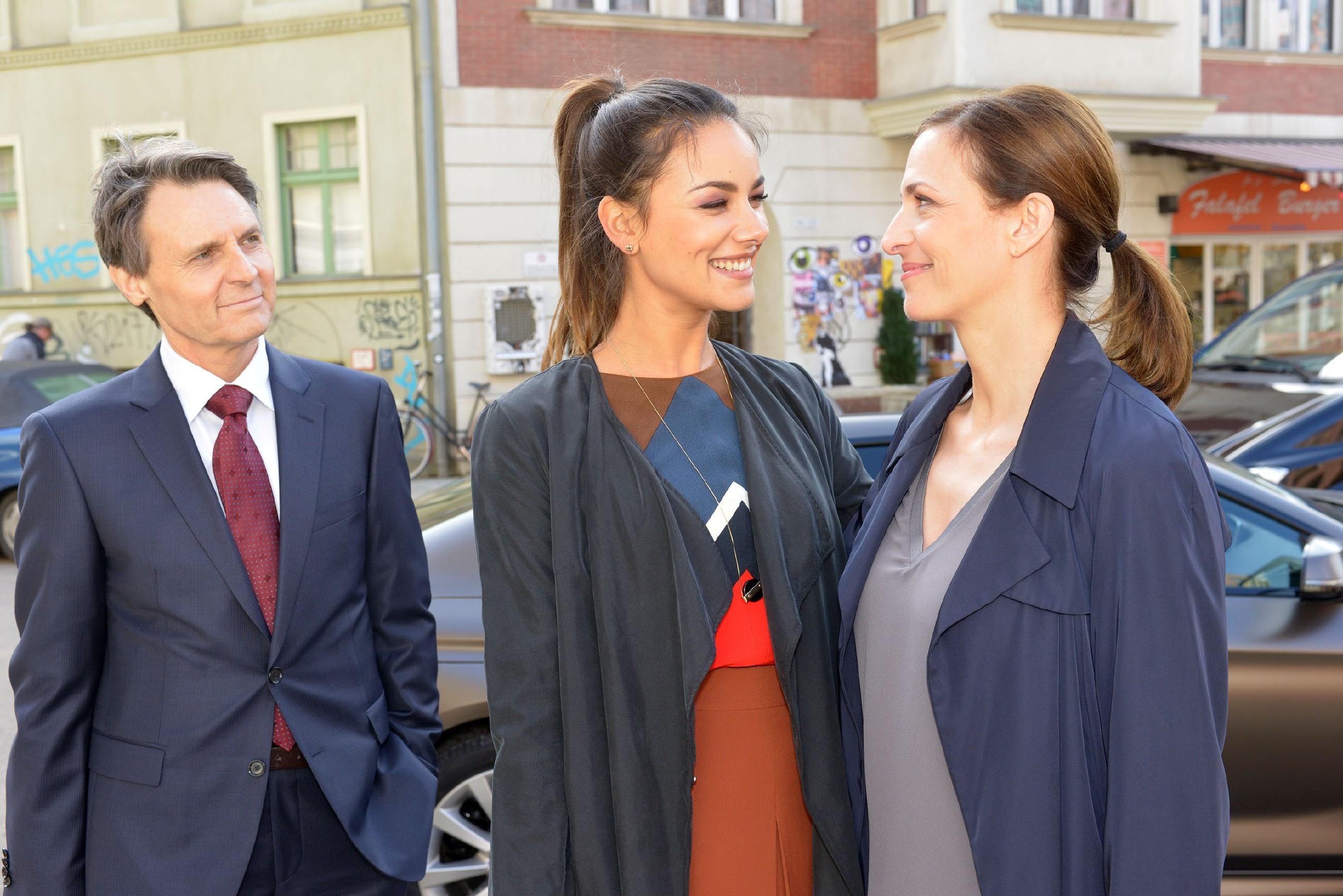 Gerner (Wolfgang Bahro), Jasmin (Janina Uhse, M.) und Katrin (Ulrike Frank) sind froh, den Prozess überstanden zu haben. (Quelle: RTL / Rolf Baumgartner)