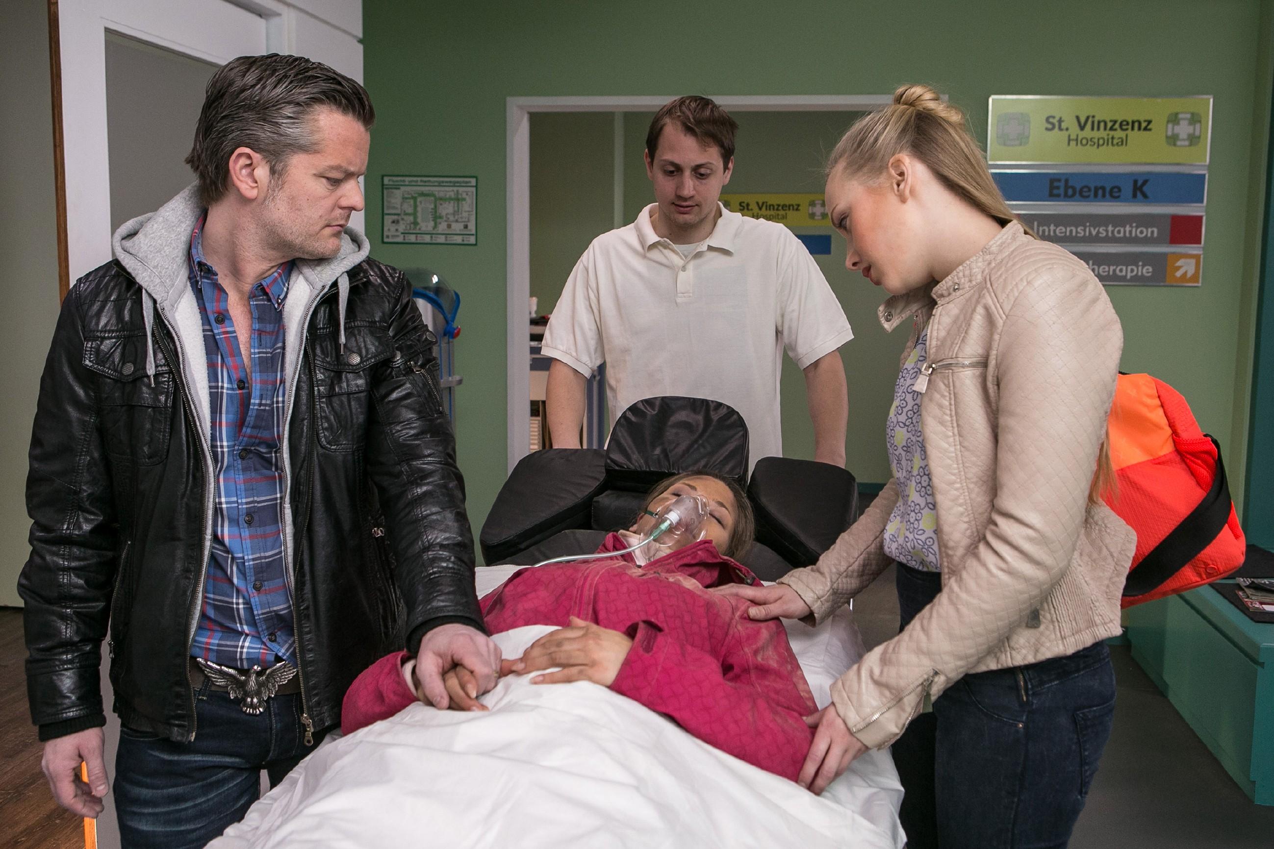 Ingo (André Dietz, l.) und Marie (Judith Neumann, r.) sind da, als auch die verletzte Diana (Tanja Szewczenko) ins Krankenhaus eingeliefert wird (hinten Komparse). (Quelle: RTL / Kai Schulz)