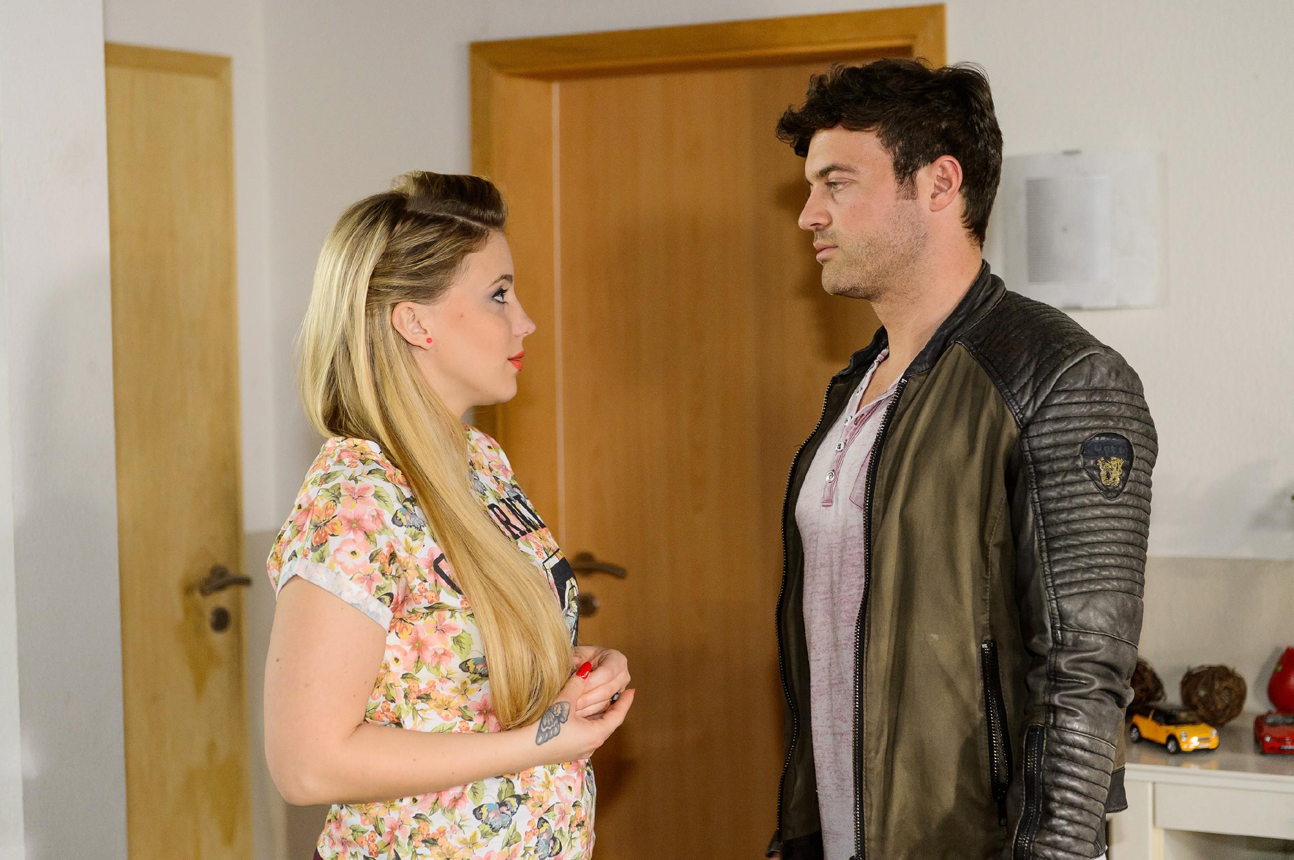 Ben (Jörg Rohde) bleibt hart, als Iva (Christina Klein) ihn bittet, ihr noch eine Chance zu geben: Für ihn ist die Beziehung mit Iva vorbei... (Quelle: RTL / Willi Weber)