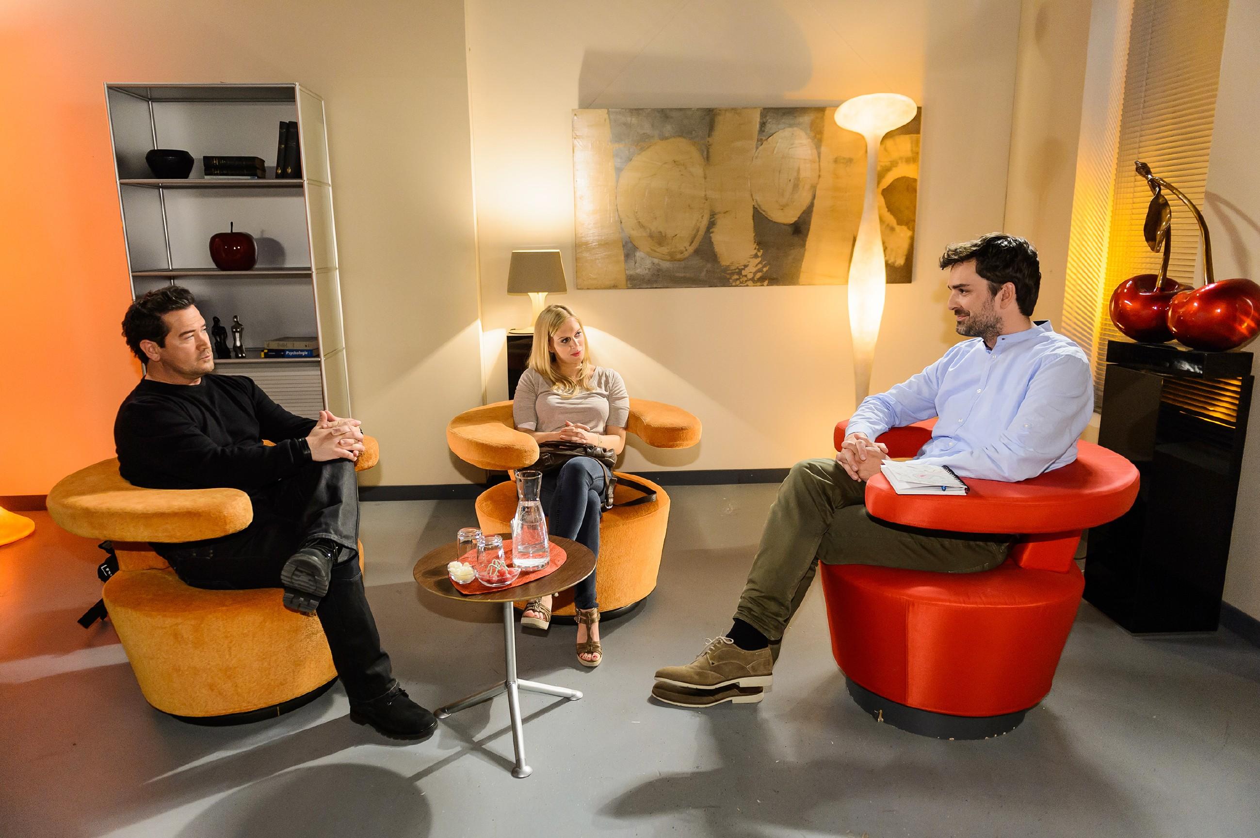 Marian (Sam Eisenstein, l.) ist voller Hoffnung, die Beziehung mit Lena (Juliette Greco) mit der Paartherapie zu retten, hat jedoch nicht mit den bohrenden Fragen des Therapeuten Lukas Czerny (Tilman Meyn) gerechnet. (Quelle: RTL / Willi Weber)