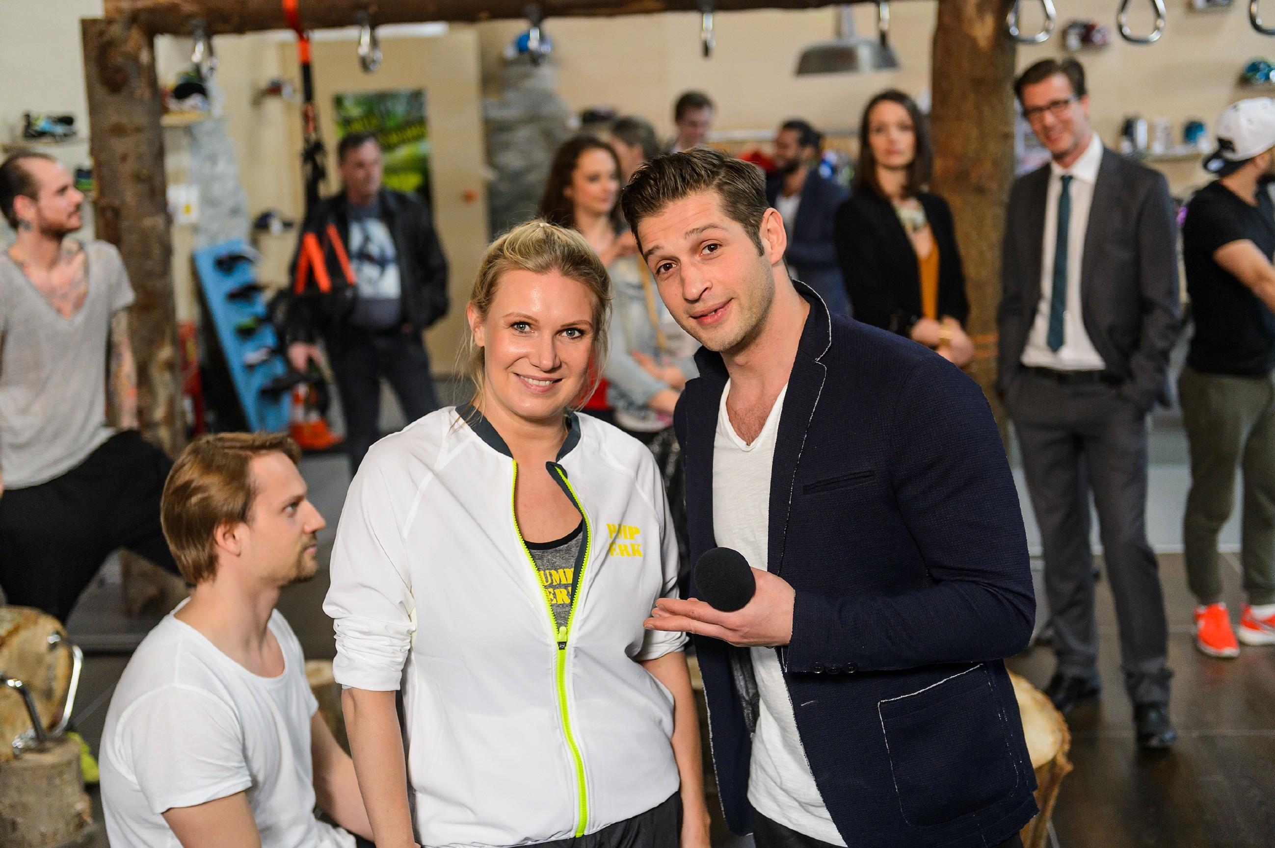 Deniz (Igor Dolgatschew) freut sich, bei der Eröffnung des Pumpwerks die erfolgreiche Turnerin Magdalena Brzeska begrüßen zu dürfen. (Quelle: RTL / Willi Weber)