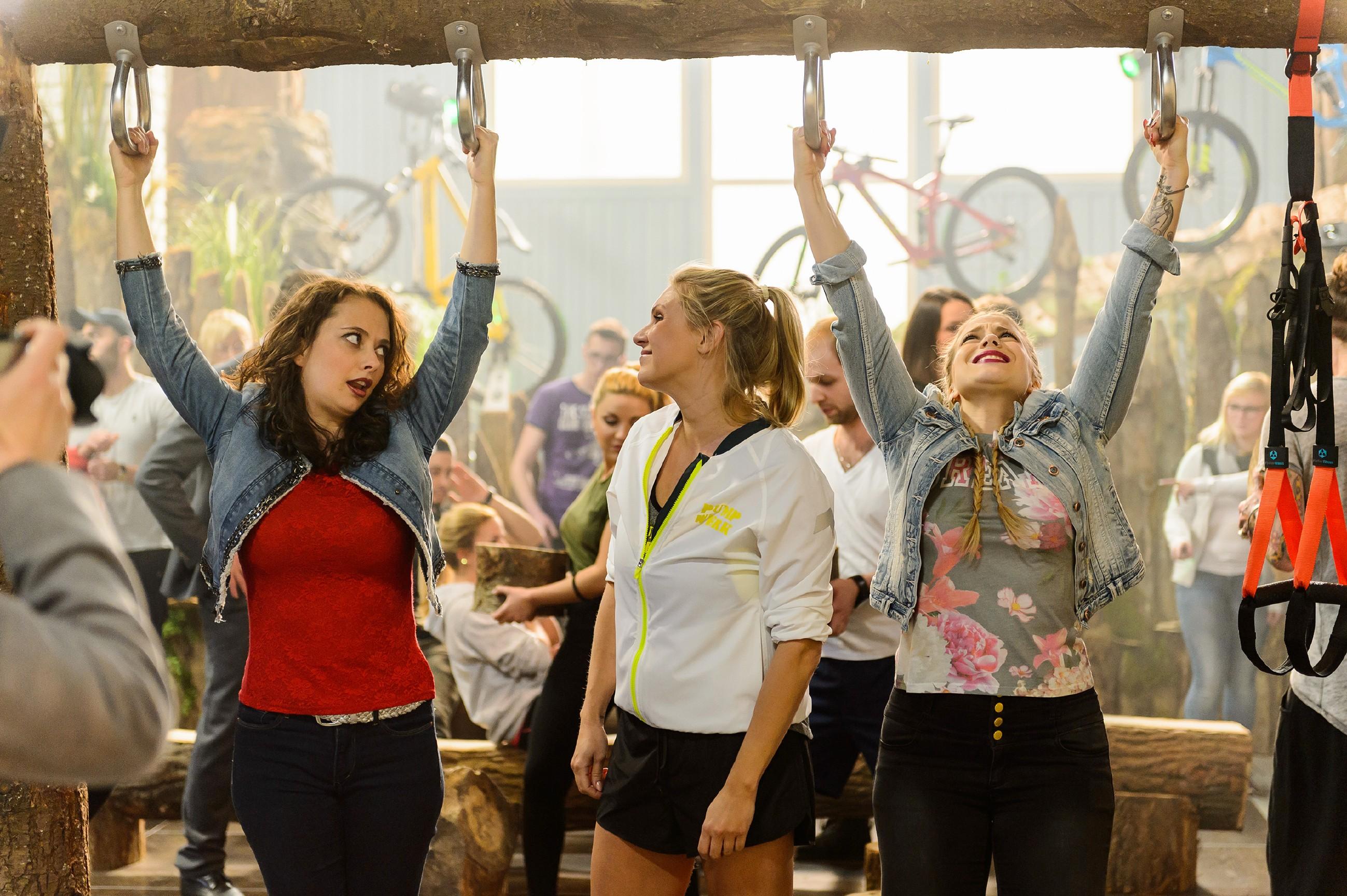"""Carmen (Heike Warmuth, l.) und Iva (Christina Klein) lassen sich bei der Eröffnung des """"Pumpwerks"""" von Magdalena Brzeska einige Übungen zeigen. (Quelle: RTL / Willi Weber)"""