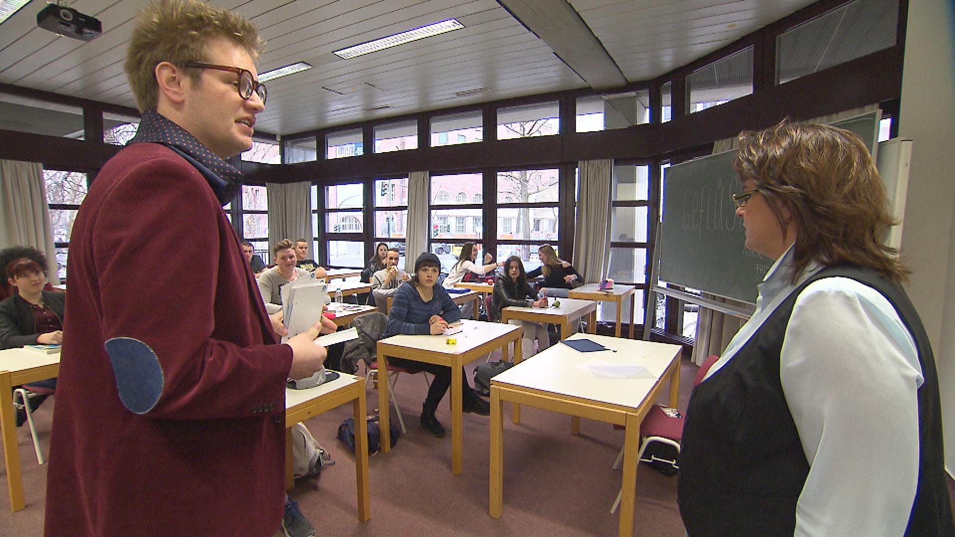 Ole,li., mischt sich in Aylins,Mi., Schulprojekt ein. Lehrerin re. (Quelle: RTL 2)