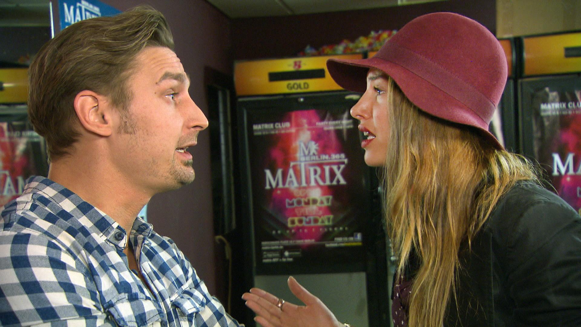 In Leons,li., Augen läuft die Beziehung mit Milla,re., richtig gut, zumal sie alles zu tun scheint, was Leon will. (Quelle: RTL 2)
