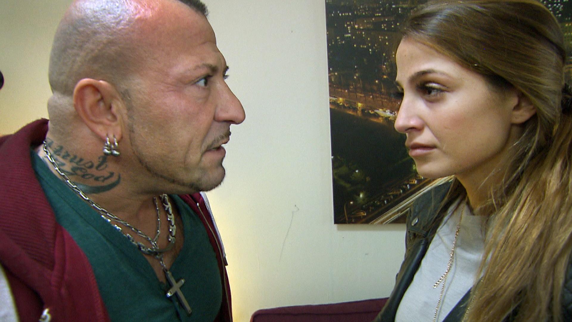 Alessias,re.Hoffnung auf eine Aussöhnung mit Fabrizio,li., wird jäh zerstört, als der ihr klarmacht, dass sie sofort ausziehen muss. (Quelle: RTL 2)