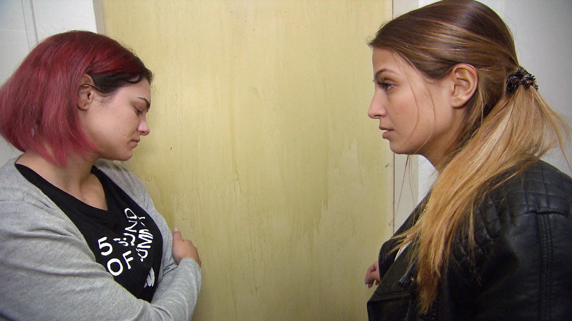 Alessia,re. versucht verzweifelt, zu (Fabrizio) durchzudringen, doch weder ihr noch Jessica,li., gelingt es, ihn umzustimmen. (Quelle: RTL 2)