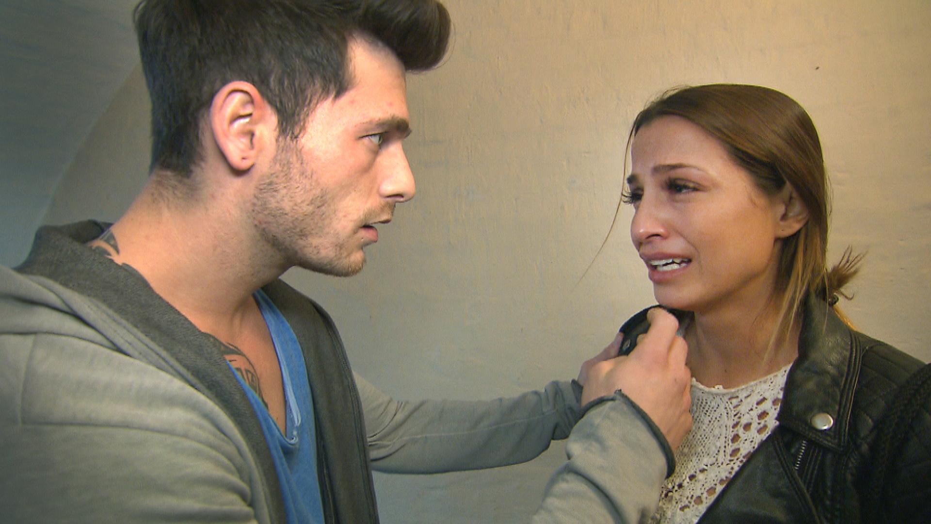 Alessia,re.,hat keine Anlaufstellen mehr in Berlin, kein Geld und auch keinen Job. Zumindest mit letzterem kann Daniel,li., Alessia helfen. (Quelle: RTL 2)