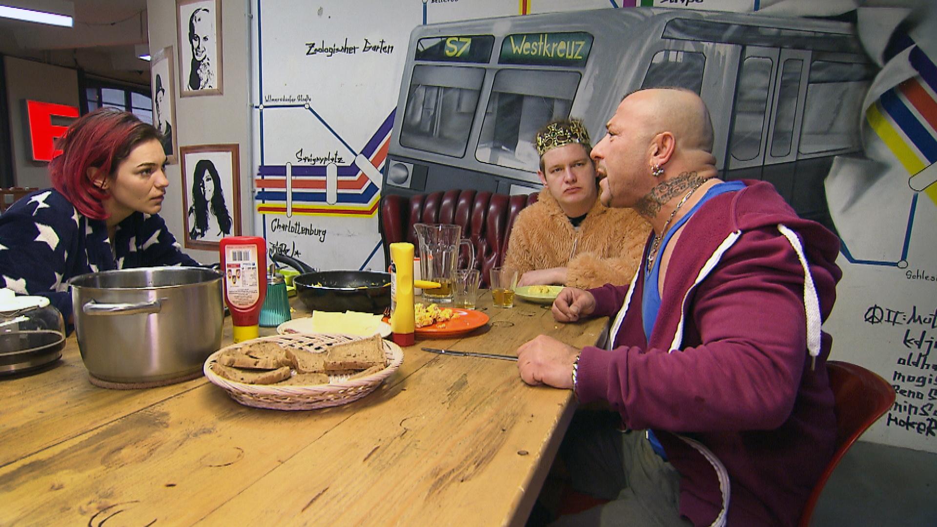 Nach einem Streit mit Jessica,li., erkennt der niedergeschlagene Fabrizio,re., dass ihn nichts mehr in Berlin hält. Er beschließt, wieder nach Italien zu gehen. v.li.n.re.: Jessy, Ole, Fabrizio (Quelle: RTL 2)