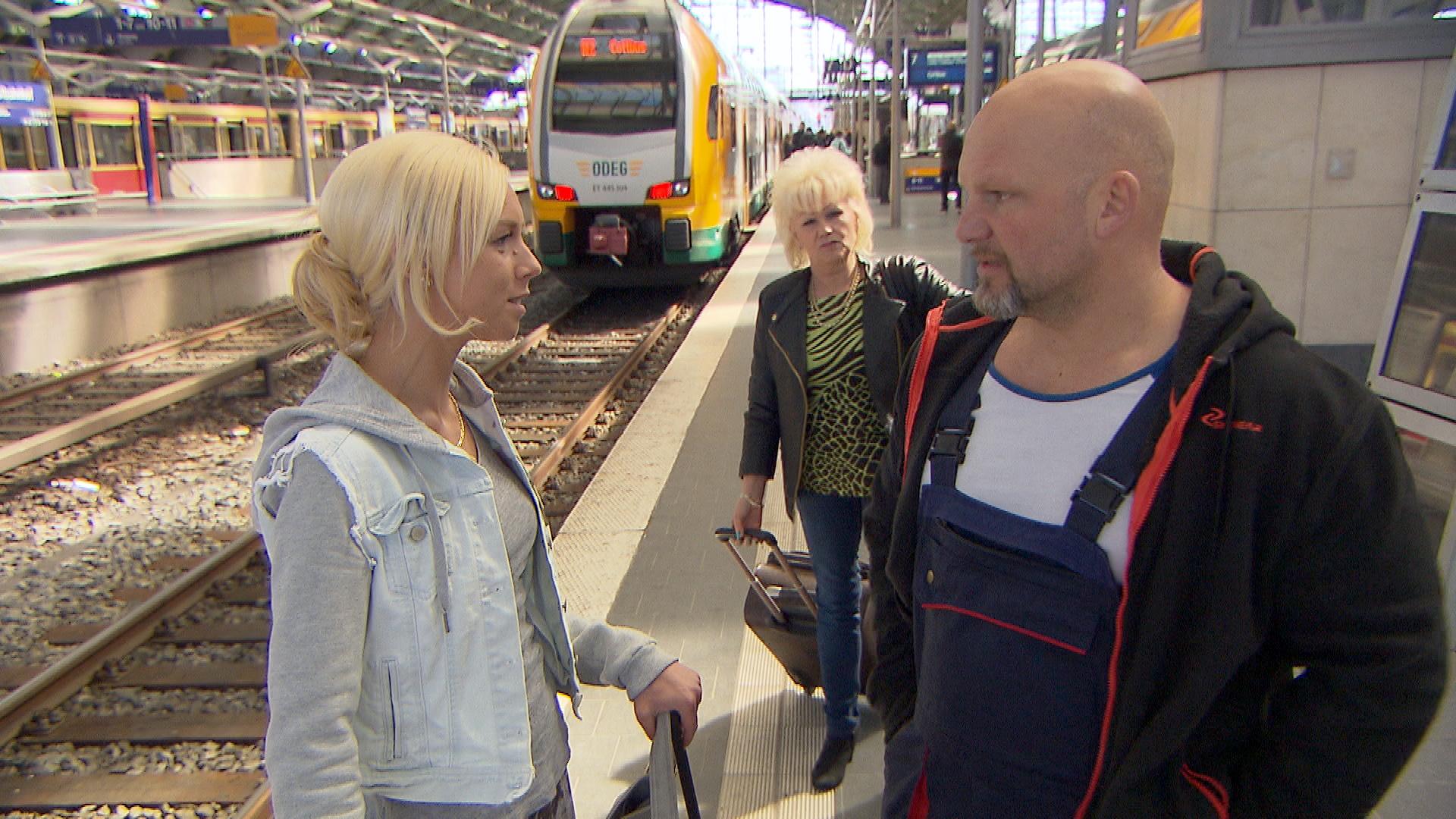 Nachdem Joe,re., aus Barcelona zurück ist, geht ihm Peggy,li., nicht aus dem Kopf. Inge im Hintergrund (Quelle: RTL 2)
