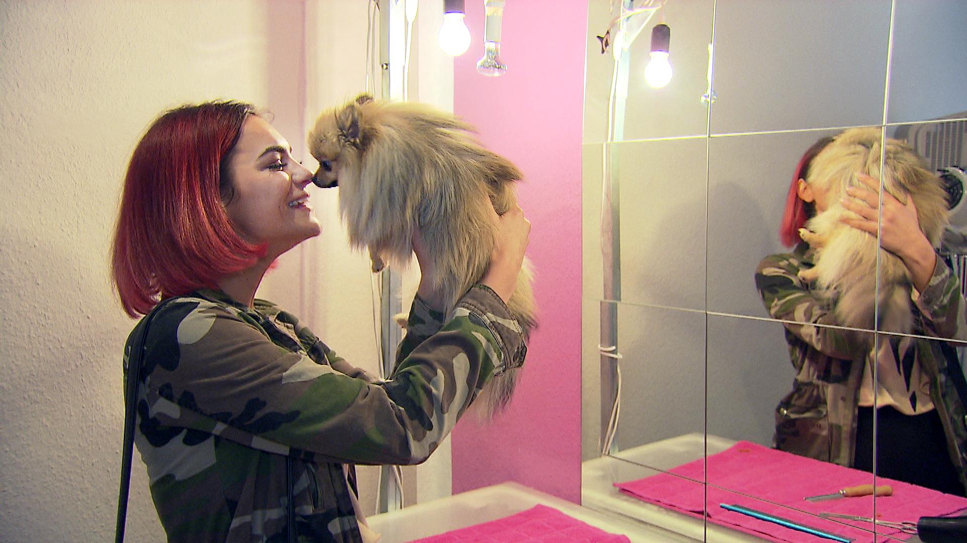 Jessica liebt ihren Hund. (Quelle: RTL 2)