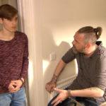 Theo,re. ist völlig baff, als seine Ex (Nadine) vor der Tür steht. Sie hat Sohn Malte,li. dabei, der unbedingt in Berlin leben will. (Quelle: RTL 2)