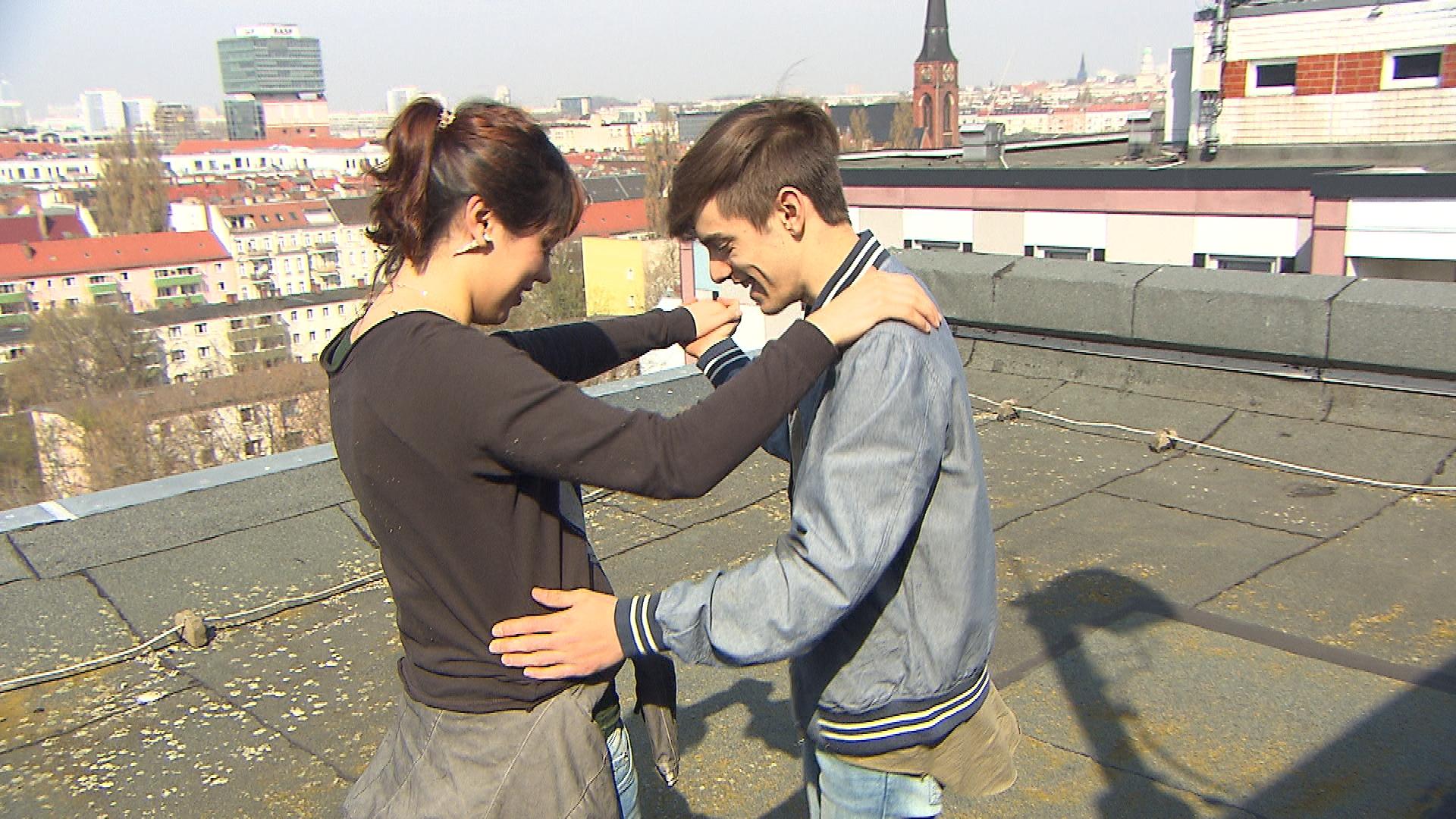 Aylin,li. ist total überrascht, als Malte,re. plötzlich in der Schule auftaucht. (Quelle: RTL 2)