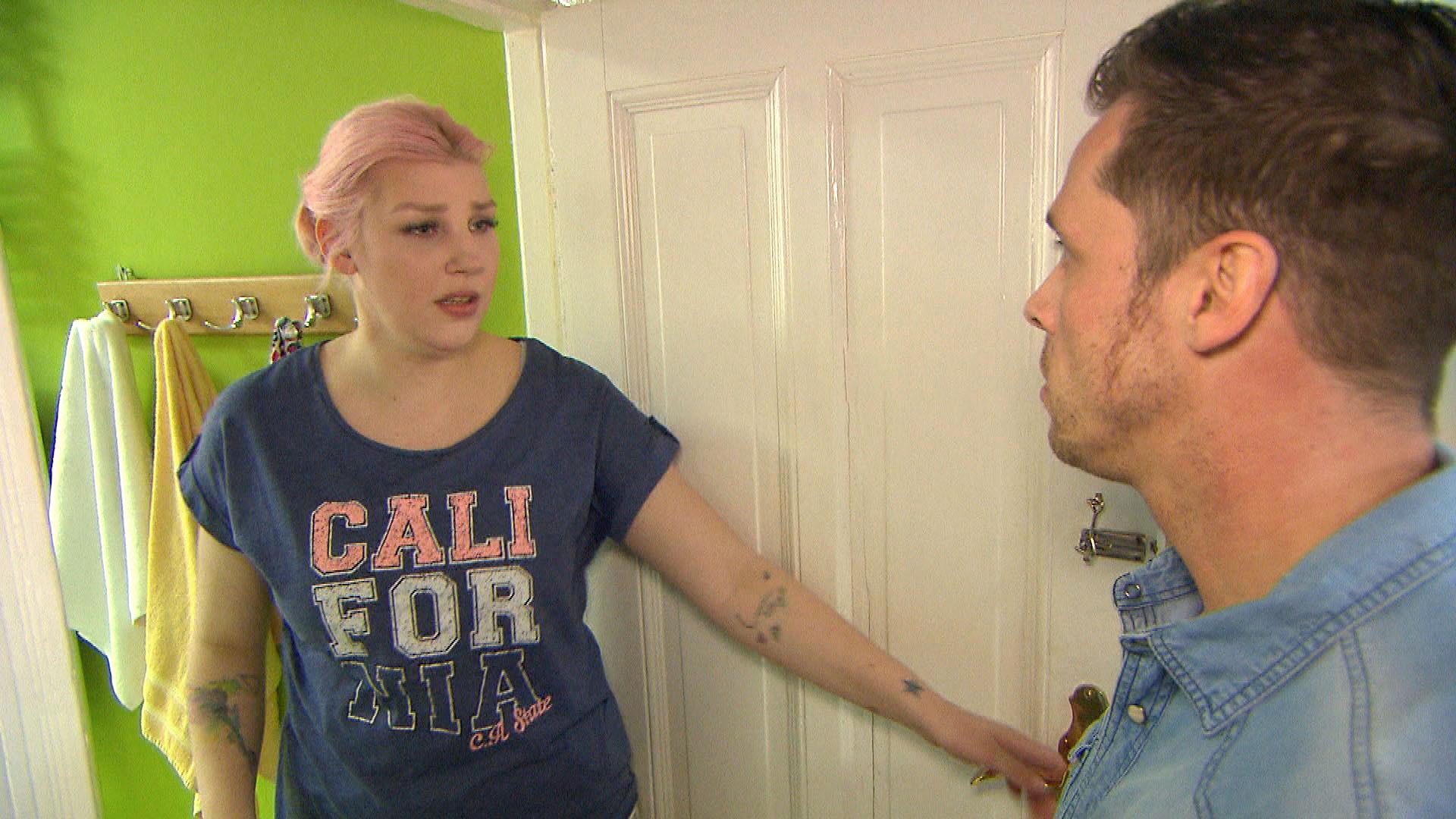 Als Bast,re. erfährt, dass Paula,li. bereits mit (Theo) über ihre Pleite geredet hat, aber nicht mit ihm, ist er tief getroffen. (Quelle: RTL 2)