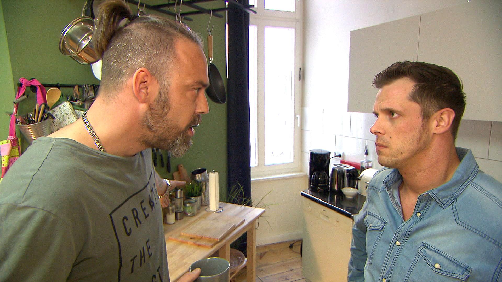 Als Basti,re. erfährt, dass (Paula) bereits mit Theo,li. über ihre Pleite geredet hat, aber nicht mit ihm, ist er tief getroffen. (Quelle: RTL 2)