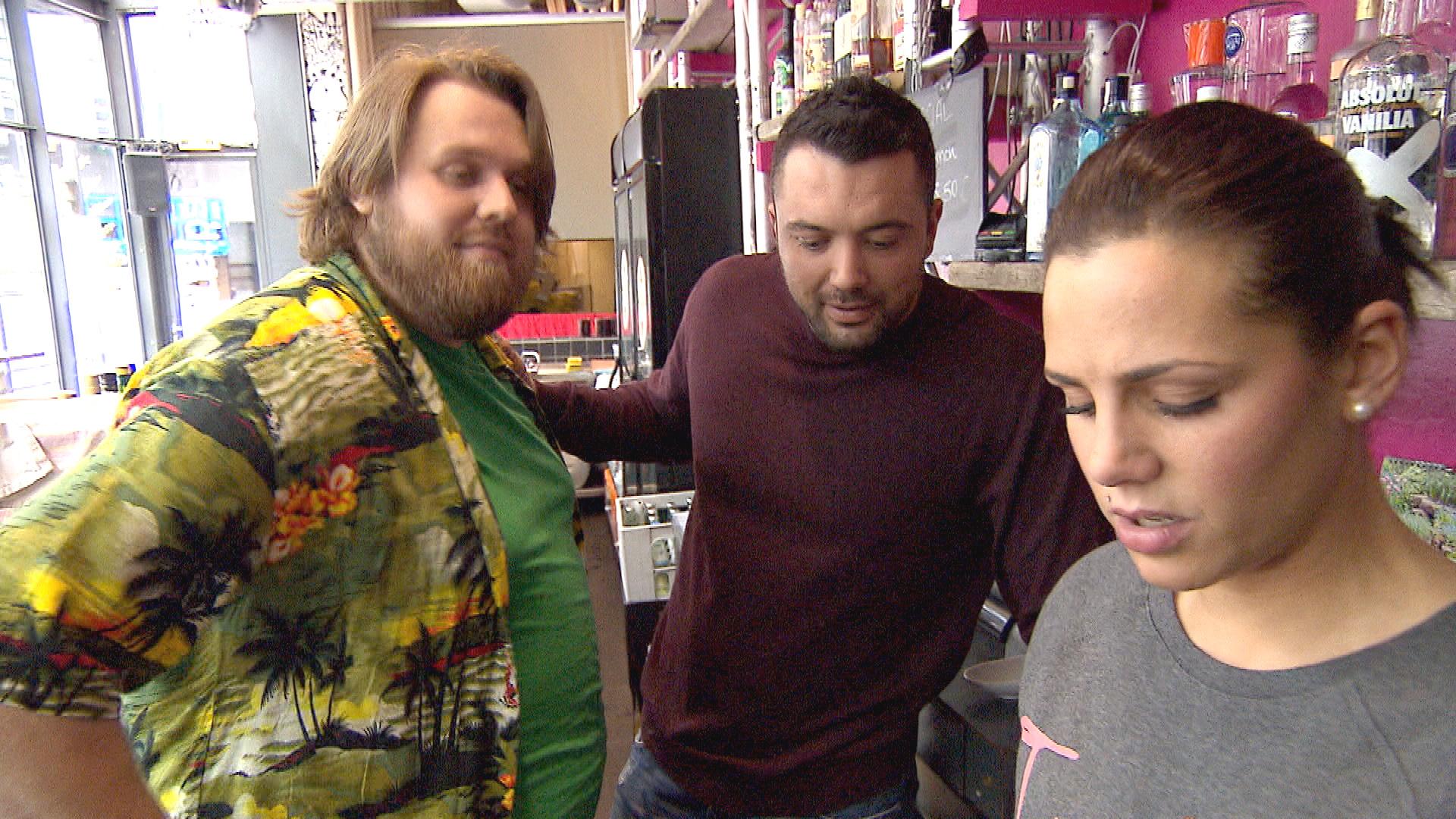 Sophia,re., tritt aufgeregt ihren Probearbeitstag in der Kunstbar an und freut sich, dass Manu,Mi., mit dabei ist. Jan, li. (Quelle: RTL 2)