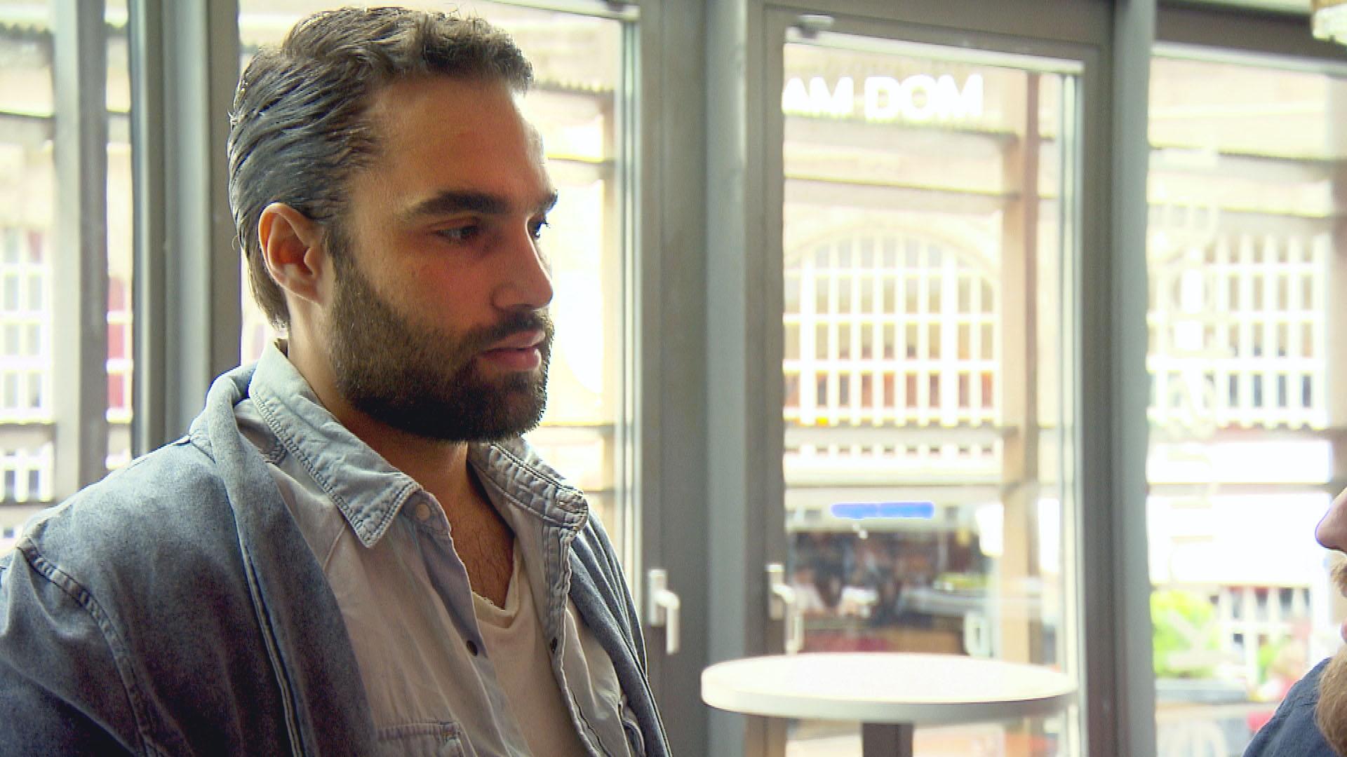 Diego ist vor den Kopf gestoßen, als er erfährt, dass die anderen nicht mit ihm in die neue WG ziehen werden. (Quelle: RTL 2)
