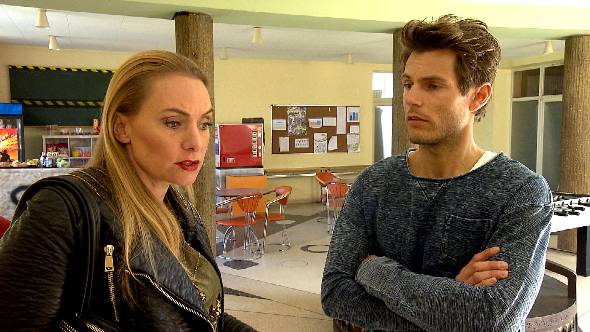 Als Inka,li. erfährt, dass (Elli) wieder schulische Probleme hat, beschließt sie, heimlich mit Steffen,re. zu sprechen. (Quelle: RTL 2)
