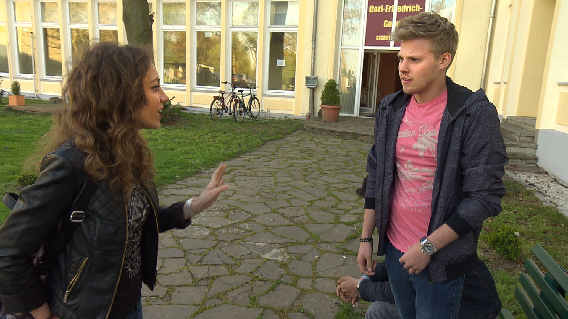 Elli,li. ist genervt, als sie von Paul,re. erfährt, dass er sich noch nicht um eine Band für das Schul-Sommerfest gekümmert hat. (Quelle: RTL 2)