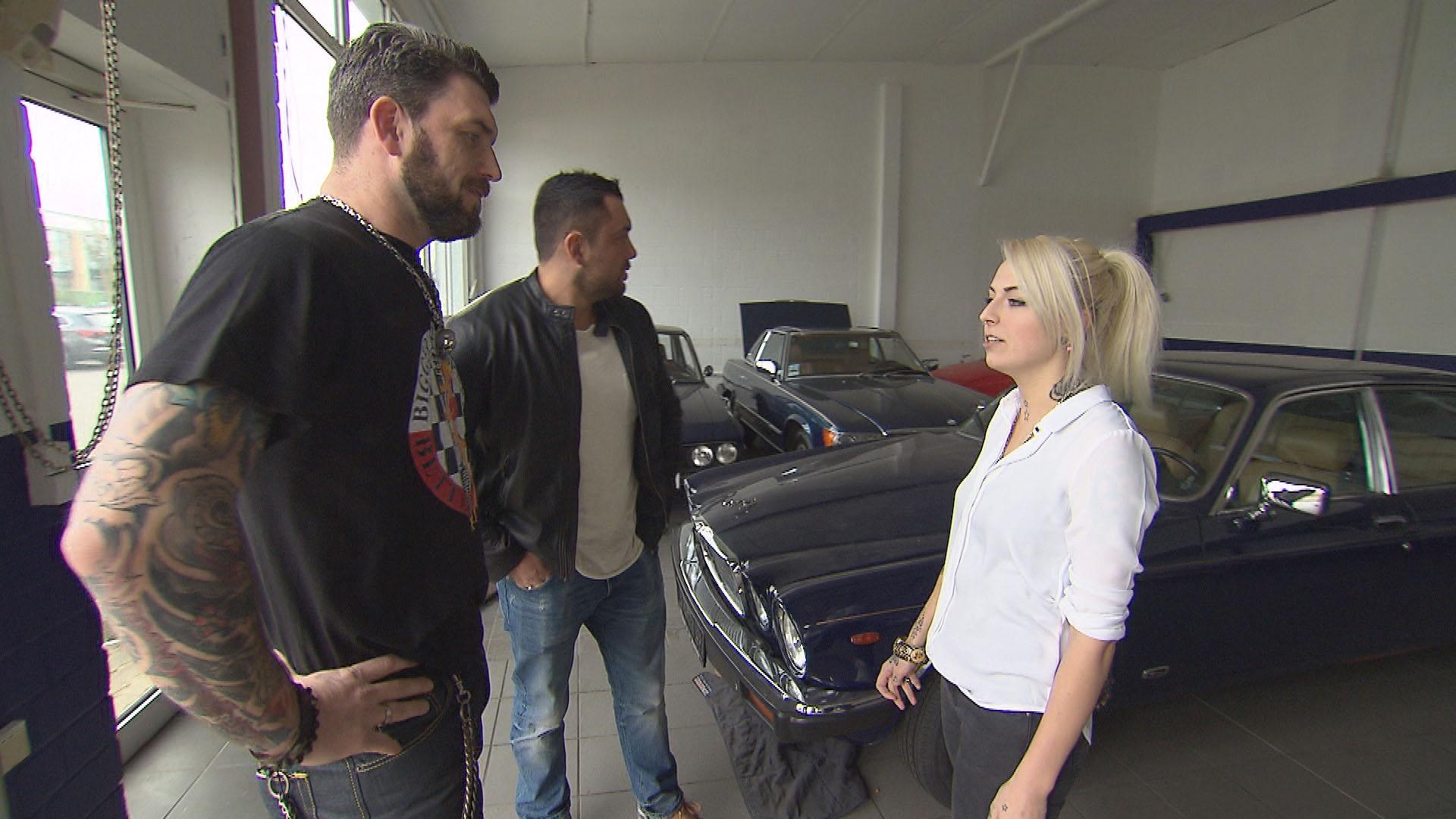 Alex,li., und Manu,Mi., treffen beim Autokauf unverhofft auf Klara,re., eine alte Bekannte aus Alex' und Manus wilder Zeit. (Quelle: RTL 2)