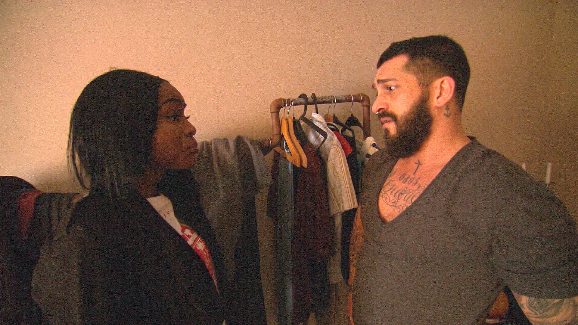 Bruno,re. wird morgens von Michelle,li. überrumpelt, die unangekündigt in die WG einziehen zu wollen. (Quelle: RTL 2)