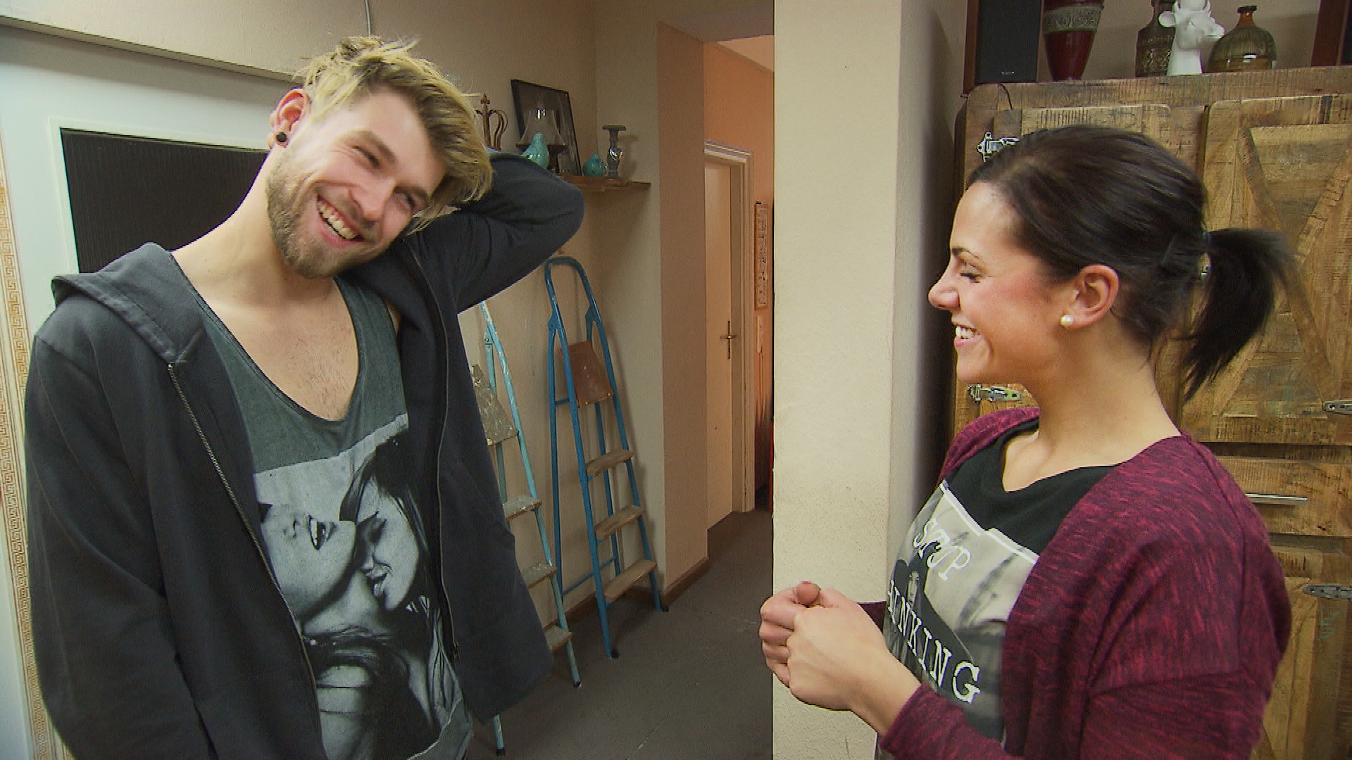 Chris,li., kommt von seiner Reise zurück und ist fest entschlossen, bei Sophia,re., den nächsten Schritt zu wagen. (Quelle: RTL 2)