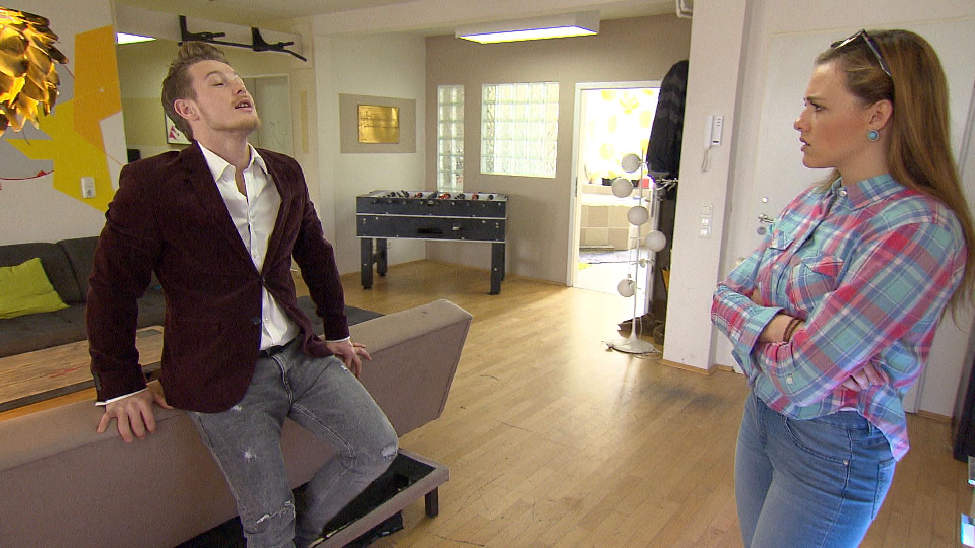 Valentin,li., macht sich über Annas,re., Karrierepläne als Kickboxtrainerin lustig und verärgert seine Freundin damit sehr. (Quelle: RTL 2)