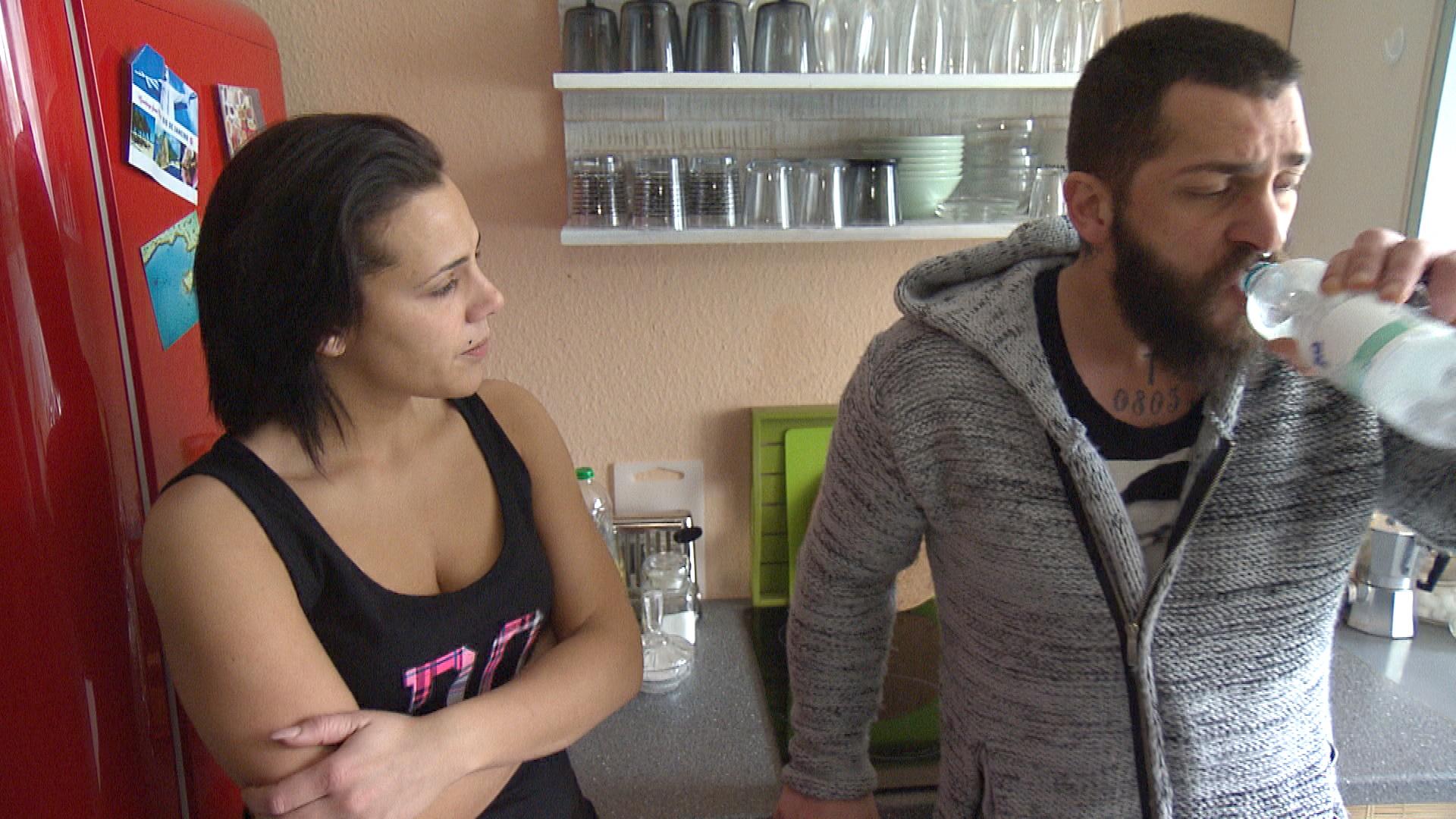 Bruno,re., kehrt überraschend aus Italien zurück und trifft daheim auf eine enttäuschte Sophia,li. (Quelle: RTL 2)