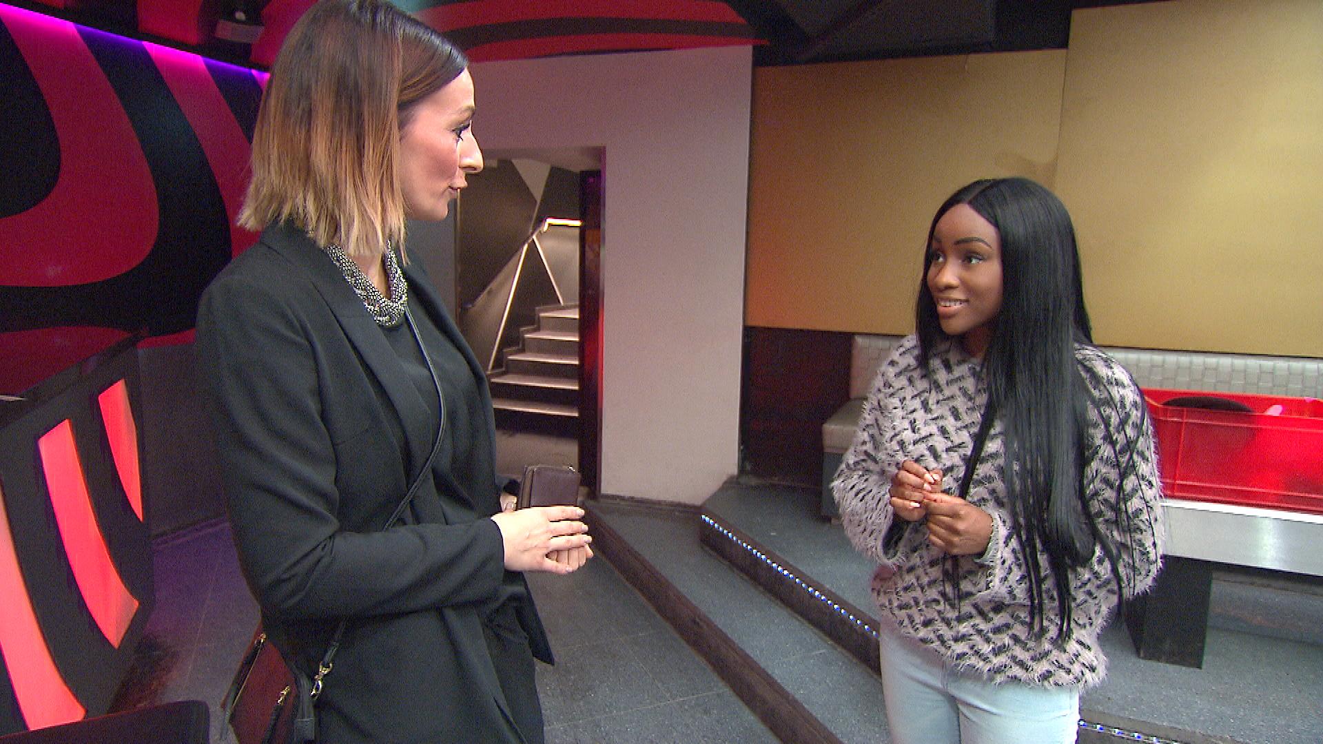Michelle,re., ist von einer erfolgreichen, jungen Unternehmerin,li., zu einem Vorstellungsgespräch eingeladen. (Quelle: RTL 2)