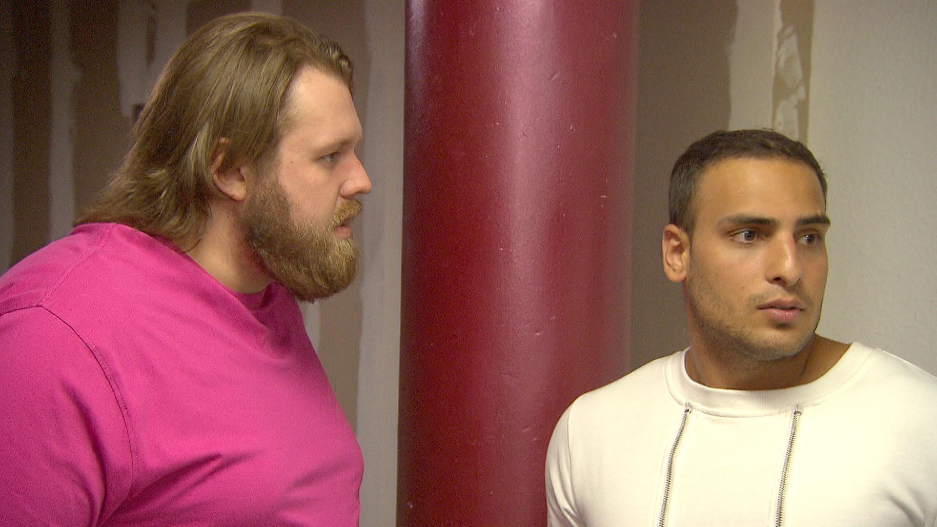 Jan,li., plagt sein schlechtes Gewissen, er hat Cem,re., versprochen mit ihm und (Diego) zusammen zu ziehen.(Quelle: RTL 2)