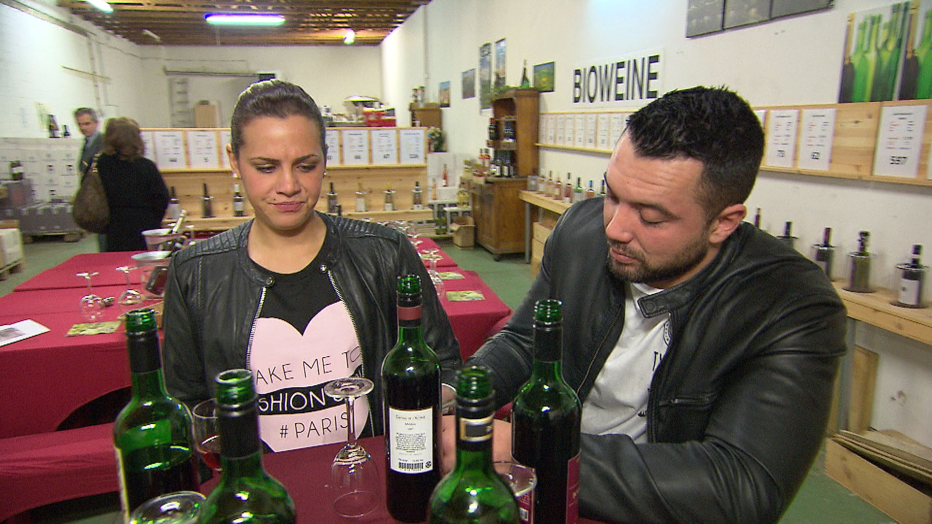 Sophia,li. ist nicht sehr froh darüber, dass sie Manu,re. zu einem Weinkauf begleiten muss. (Quelle: RTL 2)