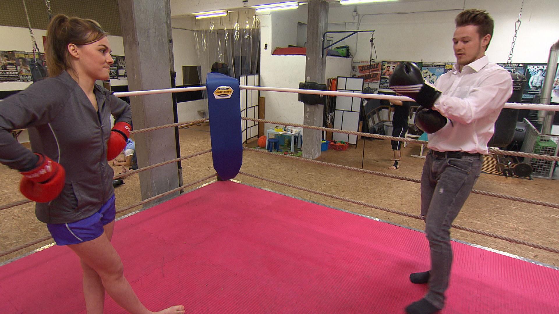 Valentin,re., macht sich über Annas,li., Karrierepläne als Kickboxtrainerin lustig und verärgert seine Freundin damit sehr. (Quelle: RTL 2)