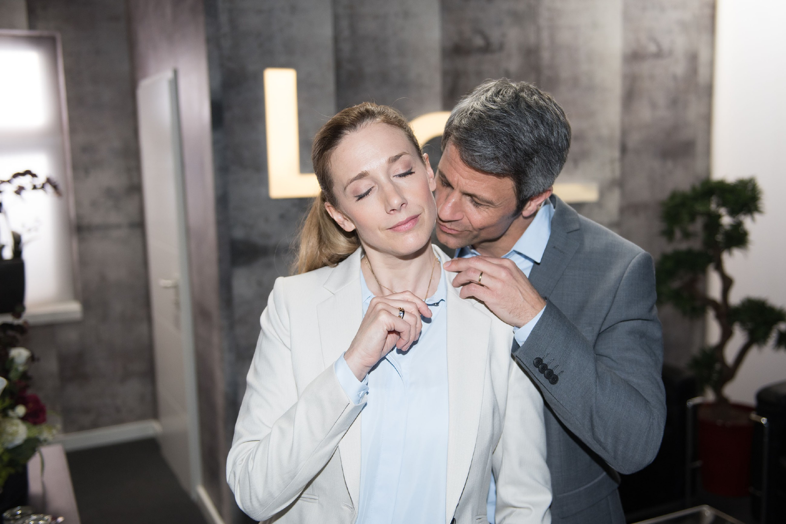 Um seiner Frau ihre finanzielle Not weiter verheimlichen zu können, manipuliert Benedikt (Jens Hajek) Andrea (Kristin Meyer) geschickt so, dass sie den rettenden Vorschlag macht, vorerst nach Köln zu ziehen. (Quelle: RTL / Stefan Behrens)