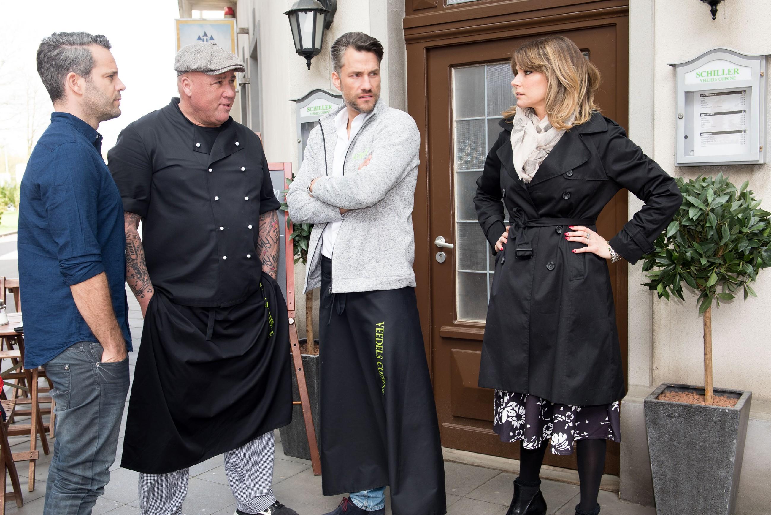 Eva (Claudelle Deckert) bekommt ungläubig mit, wie Till (Ben Ruedinger, l.), Roger (Ramon Ademes, 2.v.l.) und Malte (Stefan Bockelmann) über Utes Sexleben tratschen. (Quelle: RTL / Stefan Behrens)