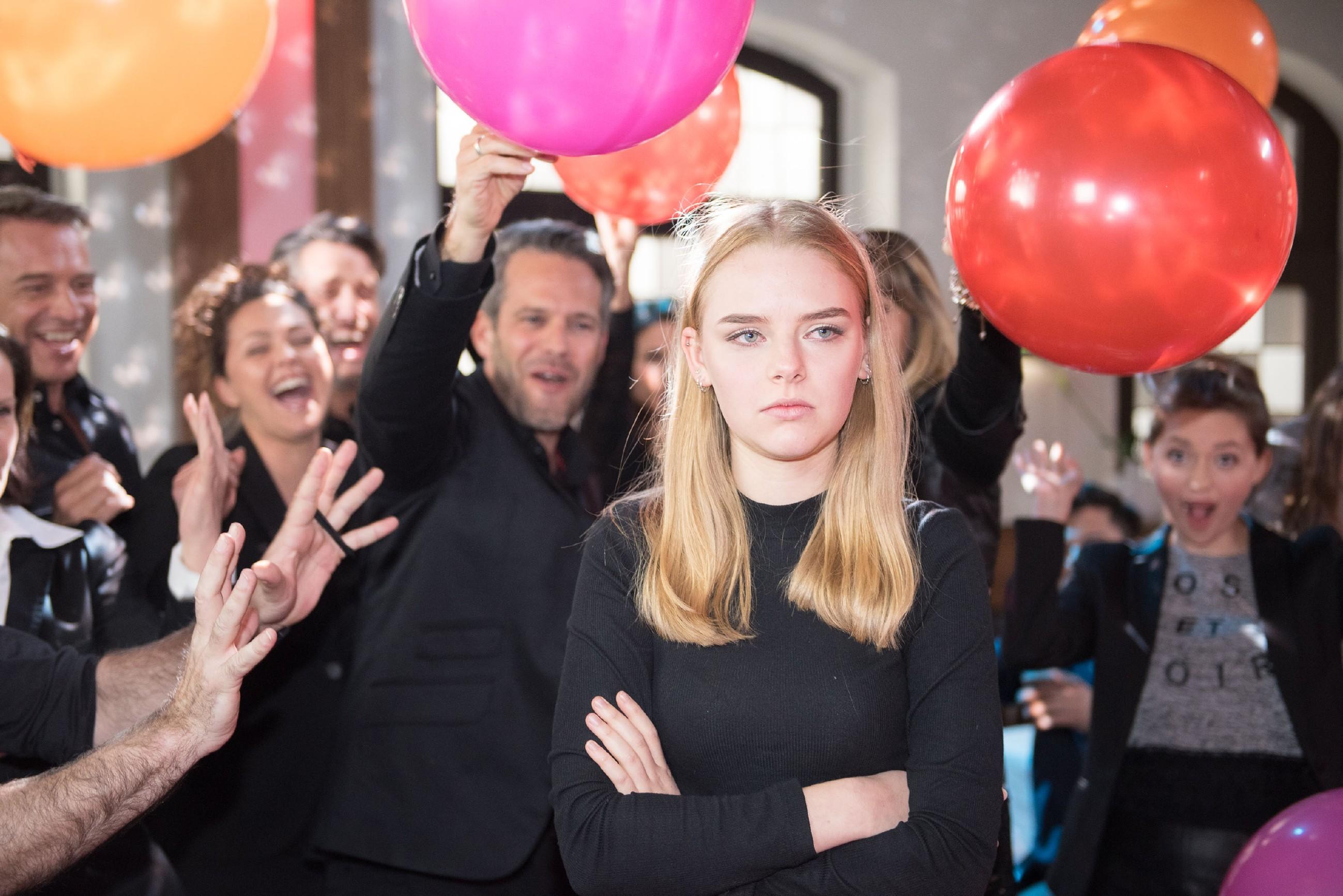 Vision: Als sich das Schiller wider Erwarten doch füllt, wird Fiona (Olivia Burkhart, vorne) von der Angst heimgesucht, dass niemand der Anwesenden um Rolf trauert... (Quelle: RTL / Stefan Behrens)