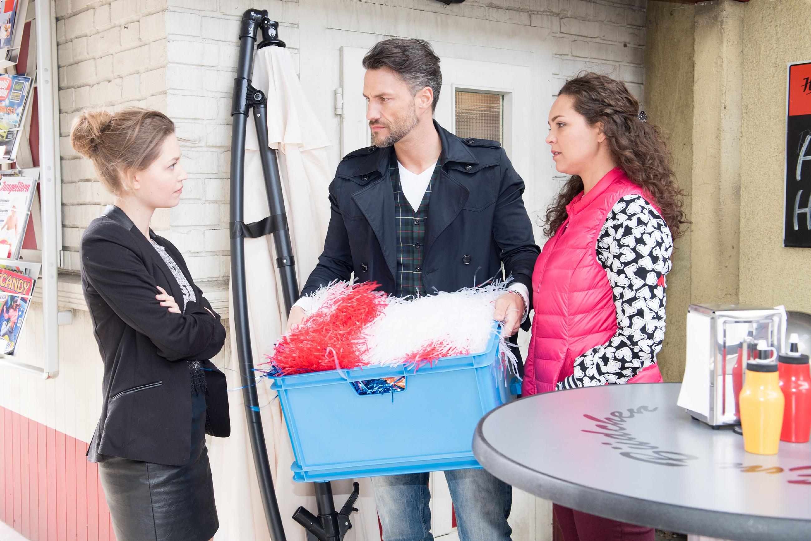 Als Jule (Amrei Haardt, l.) ihnen eine klare Ansage macht, überlegen Malte (Stefan Bockelmann) und Caro (Ines Kurenbach), ob sie der Trauerfeier für Rolf nicht doch beiwohnen sollten. (Quelle: RTL / Stefan Behrens)