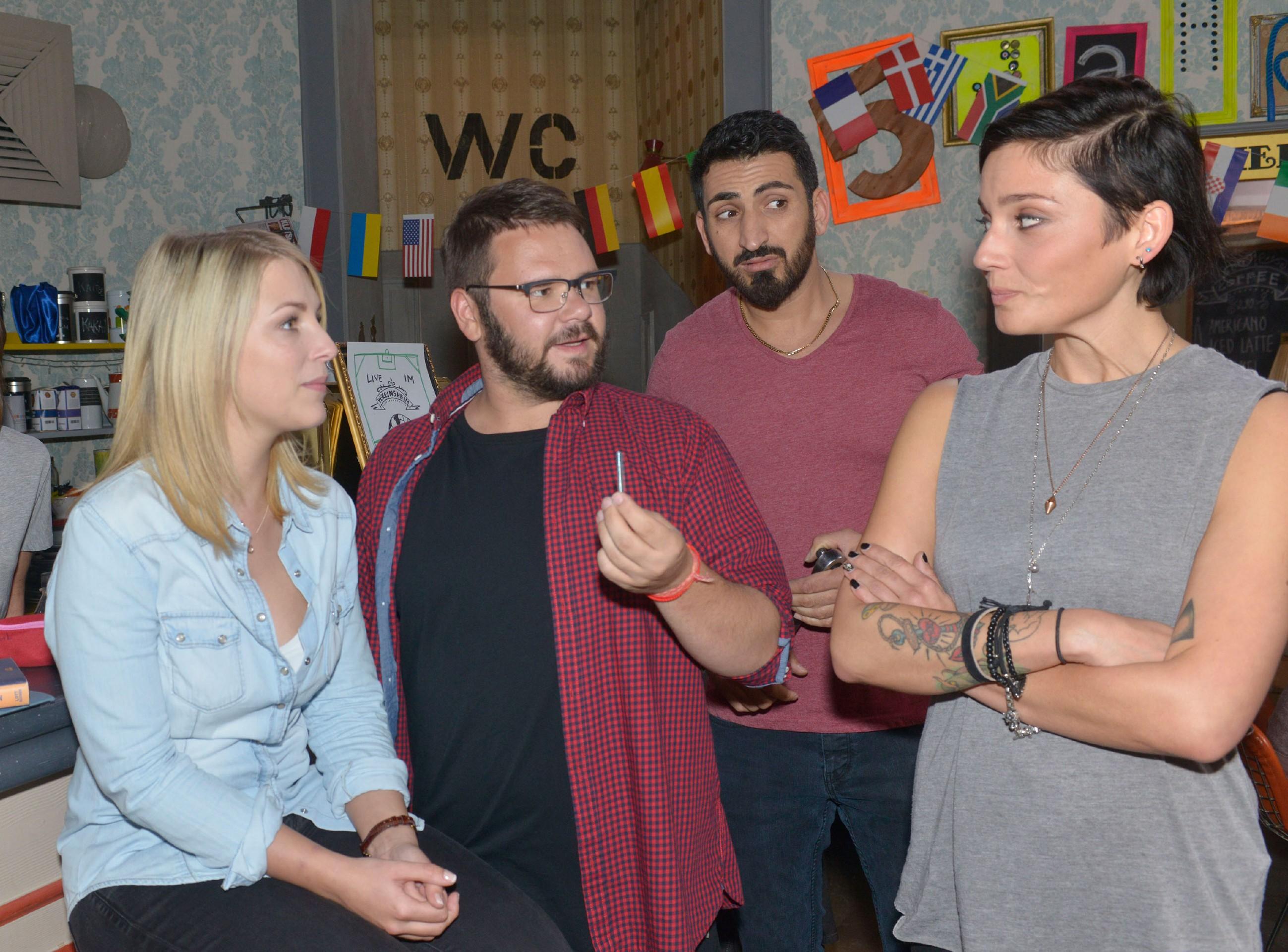 Eine neue Röstmaschine im Vereinsheim sorgt bei Lilly (Iris Mareike Steen, l.), Tuner (Thomas Drechsel), Mesut (Mustafa Alin) und Anni (Linda Marlen Runge) für Aufsehen. (Quelle: RTL / Rolf Baumgartner)