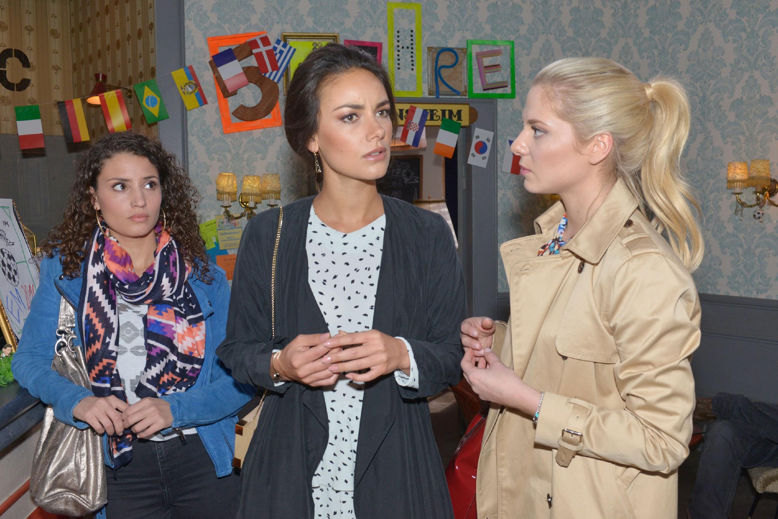 Ayla (Nadine Menz, l.) und Jasmin (Janina Uhse, M.) sind irritiert, als Sunny (Valentina Pahde) ihnen vom Treffen zwischen Gerner und David erzählt. (Quelle: RTL / Rolf Baumgartner)