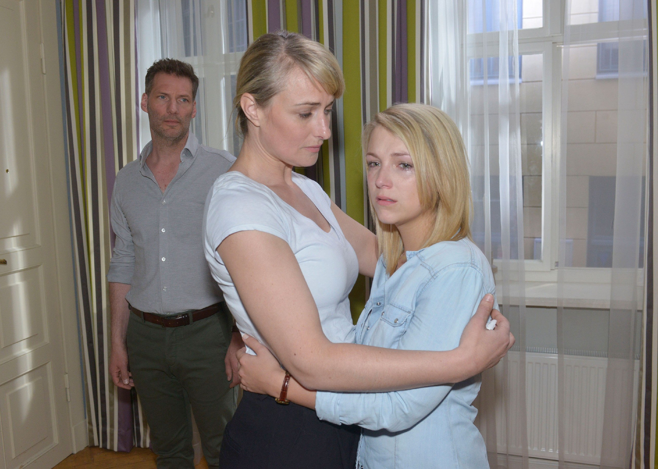 Nachdem sich Lilly (Iris Mareike Steen, r.) von ihrer großen Liebe verabschieden musste, wird sie von Maren (Eva Mona Rodekirchen) aufgefangen... (hinten Clemens Löhr als Alexander) (Quelle: RTL / Rolf Baumgartner)