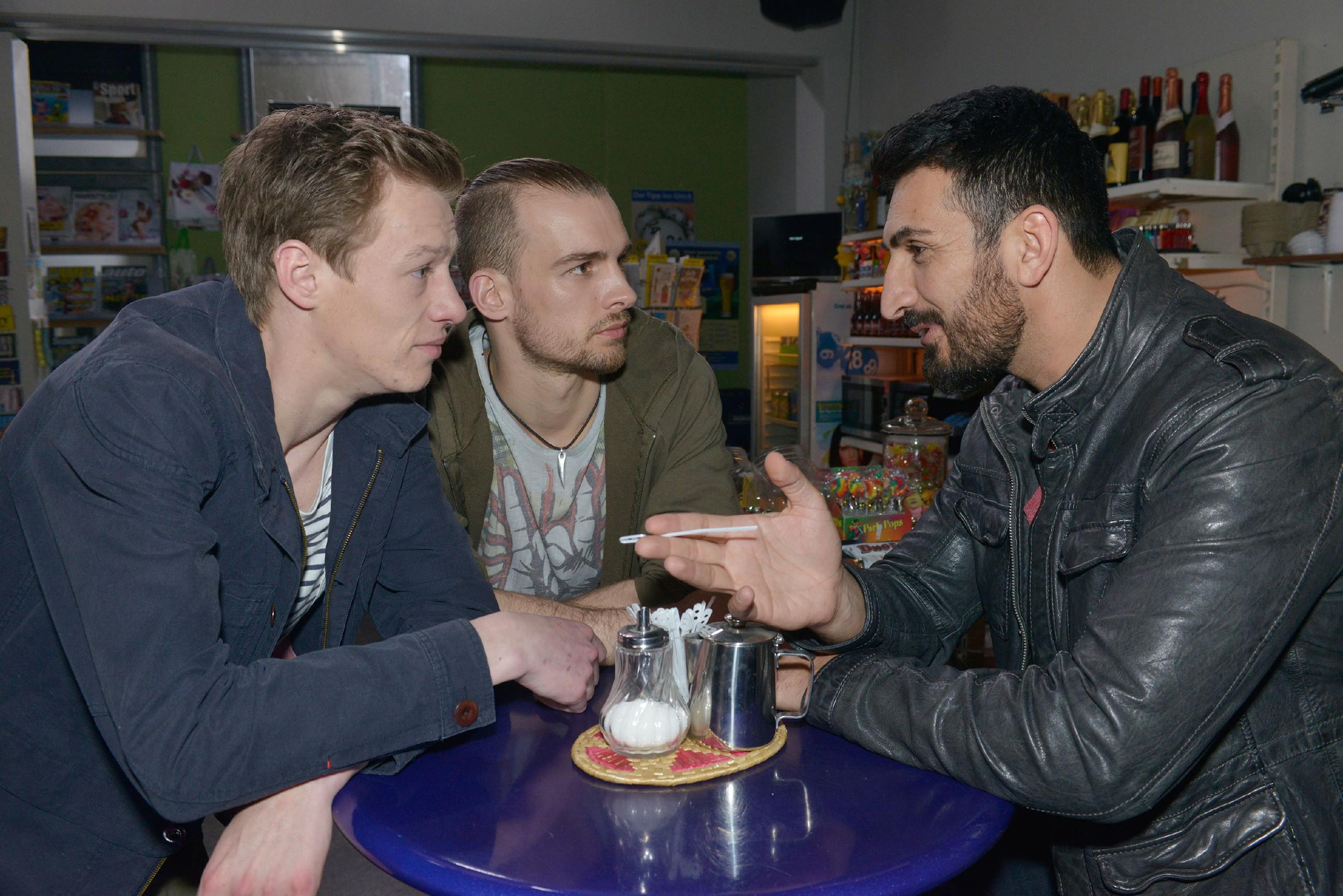 Vince (Vincent Krüger, l.) und Chris (Eric Stehfest, M.) können sich nicht vorstellen, dass Mesut (Mustafa Alin) bei Elena landen kann.