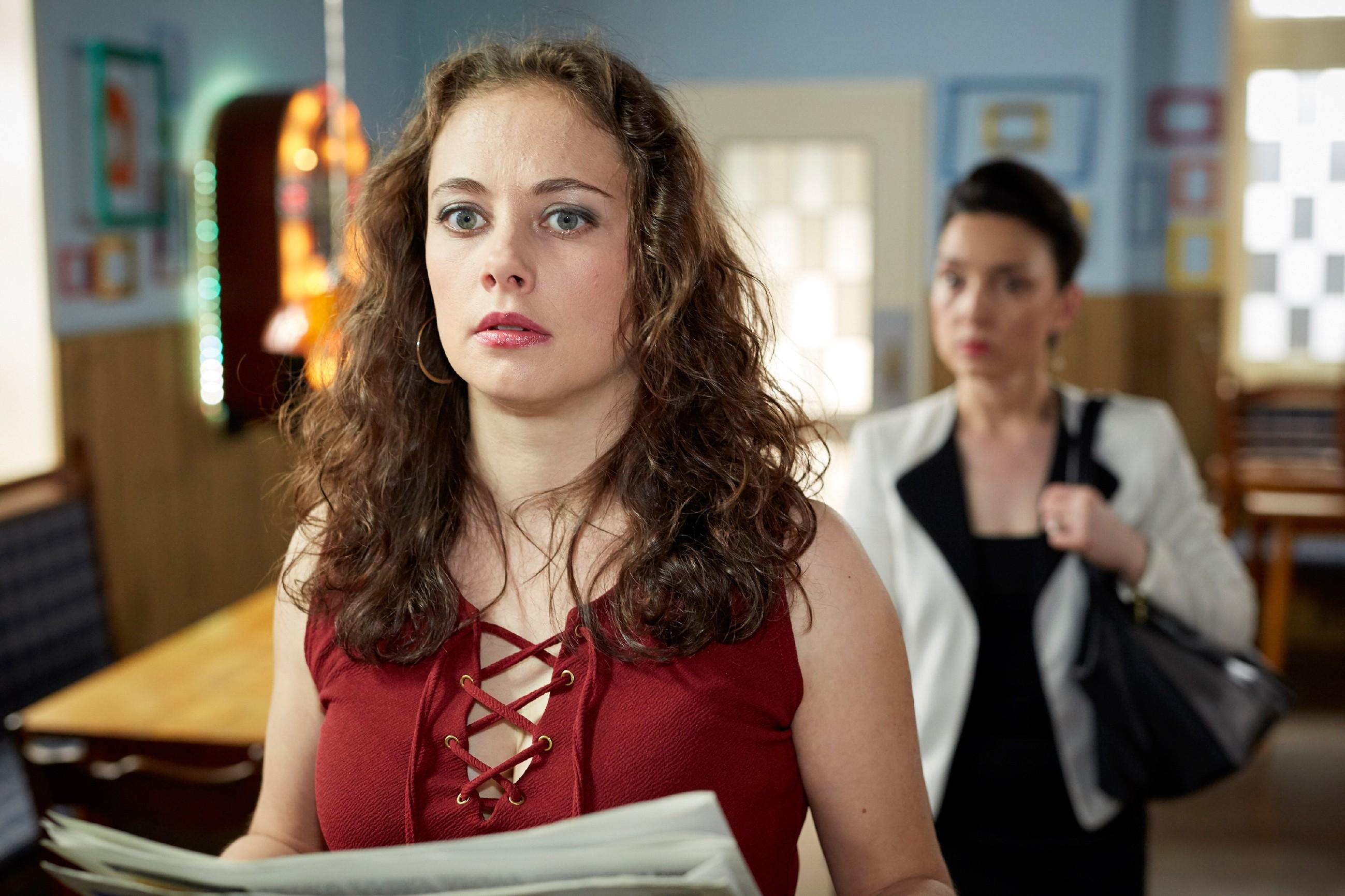 Carmen (Heike Warmuth, l.) steht mit dem Rücken zur Wand, als Simone (Tatjana Clasing) sie mit ihren Gefühlen für Richard konfrontiert. (Quelle: RTL / Guido Engels)