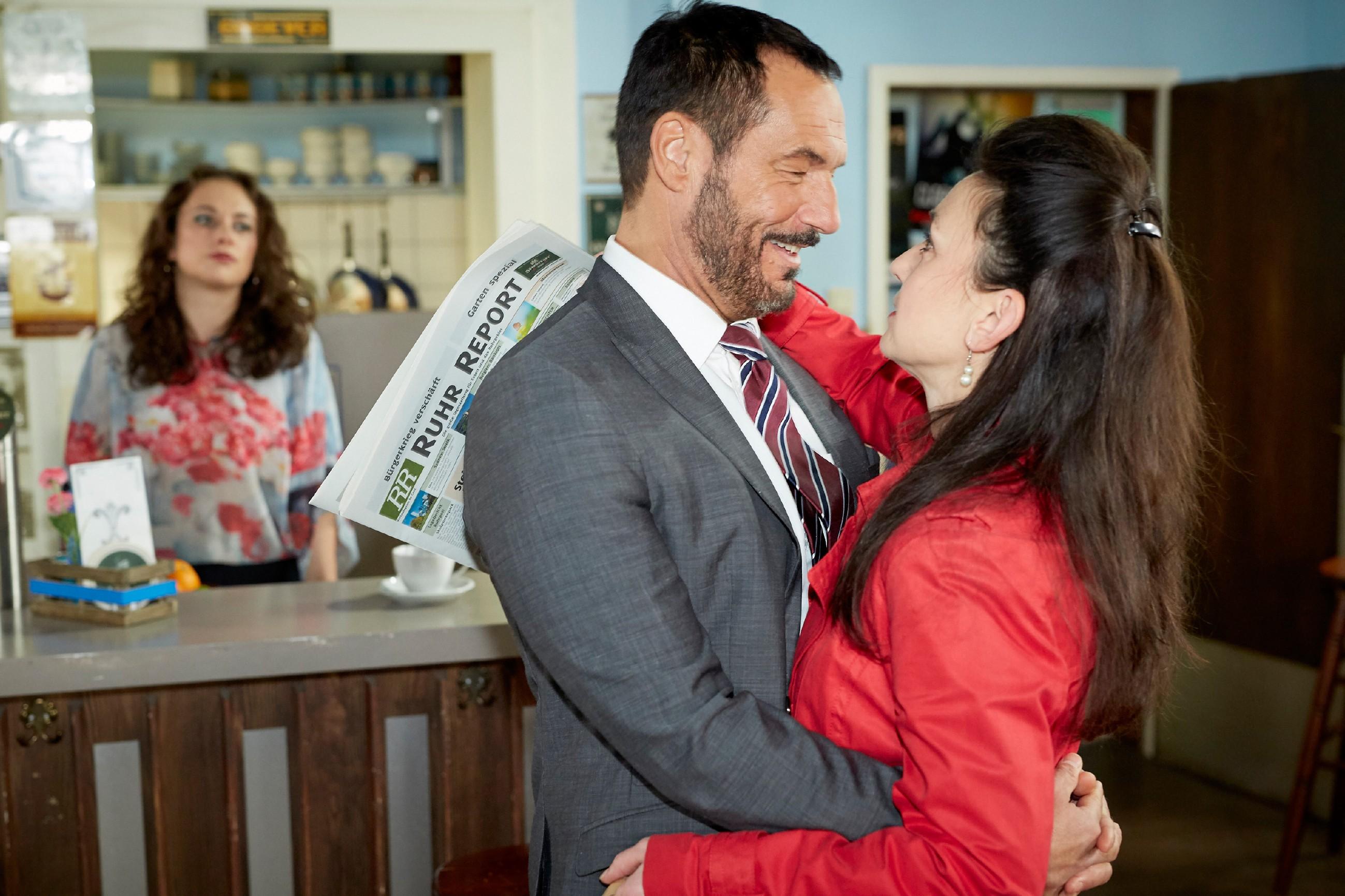 Carmen (Heike Warmuth, l.) wird bei Simones (Tatjana Clasing) Rückkehr einmal mehr klar, wie sehr Simone und Richard (Silvan-Pierre Leirich) sich lieben. (Quelle: RTL / Guido Engels)