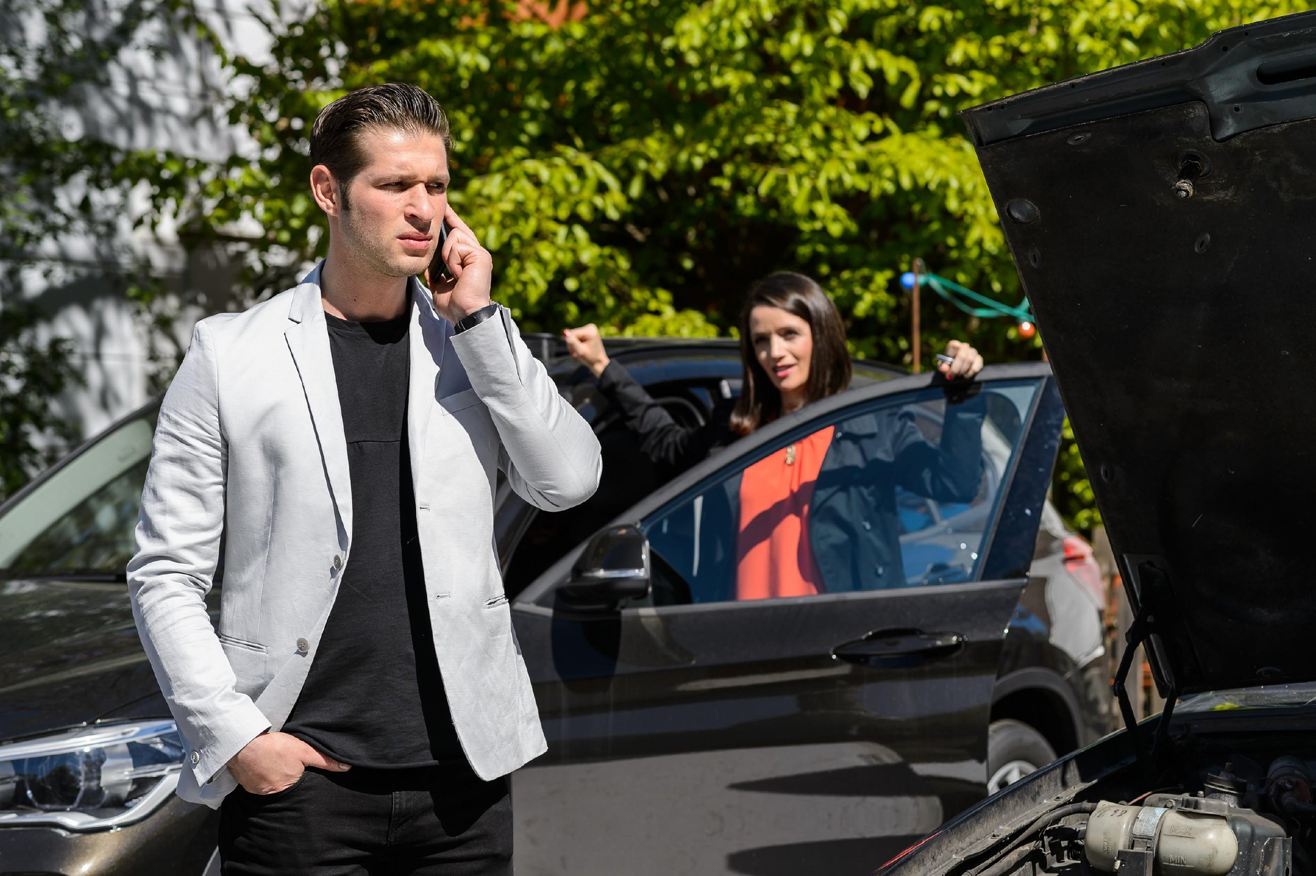 Als Deniz' (Igor Dolgatschew) Auto den Geist aufgibt und wegen einer Messe keine Taxis verfügbar sind, macht Jenny (Kaja Schmidt-Tychsen) gezwungenermaßen einen Schritt auf ihn zu und bietet ihm an, ihn mitzunehmen. (Quelle: RTL / Willi Weber)