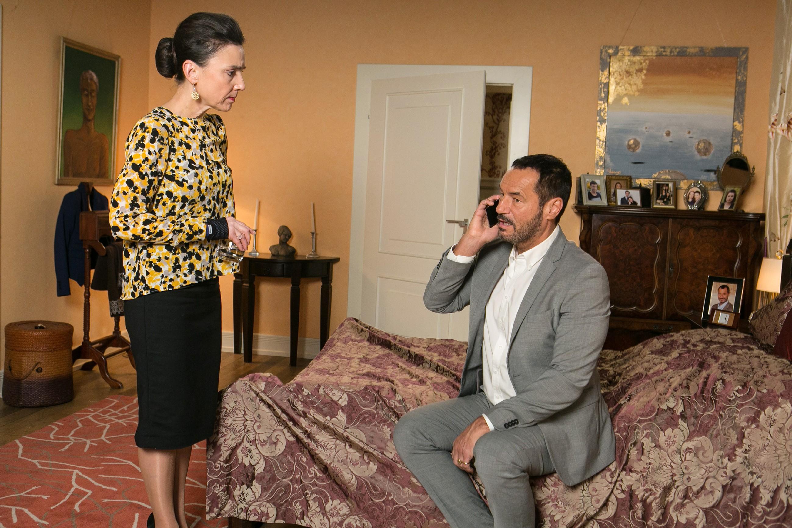 Simone (Tatjana Clasing) und Richard (Silvan-Pierre Leirich) sind in Sorge: Vanessa ist nicht erreichbar. Richard beschließt, das er etwas tun muss und ruft seinen alten Freund Lothar an. (Quelle: RTL / Kai Schulz)
