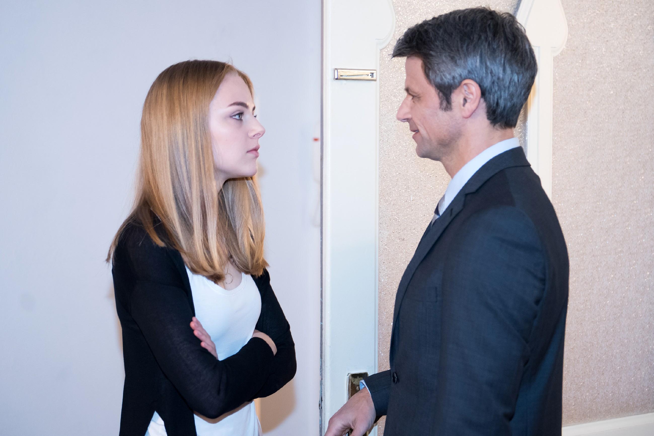 Fiona (Olivia Burkhart) hat herausgefunden, dass Benedikt (Jens Hajek) ihr Geld gestohlen haben muss und macht ihm eine Kampfansage. (Quelle: RTL / Stefan Behrens)