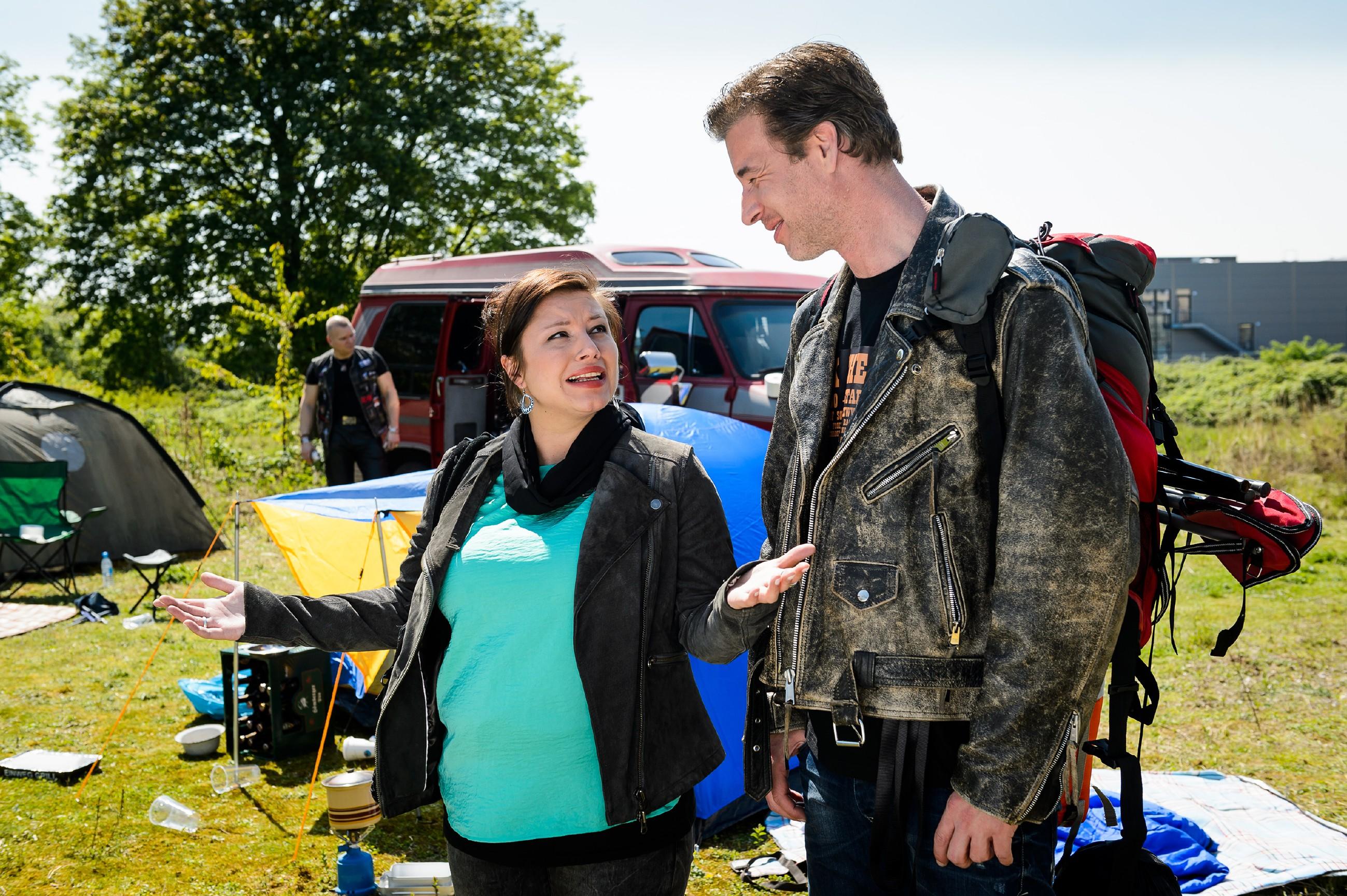 Christoph (Lars Korten) hat Vanessa (Julia Augustin) auf ein Rockfestival entführt und Vanessa freut sich sehr über die gelungene Überraschung. (Quelle: RTL / Willi Weber)