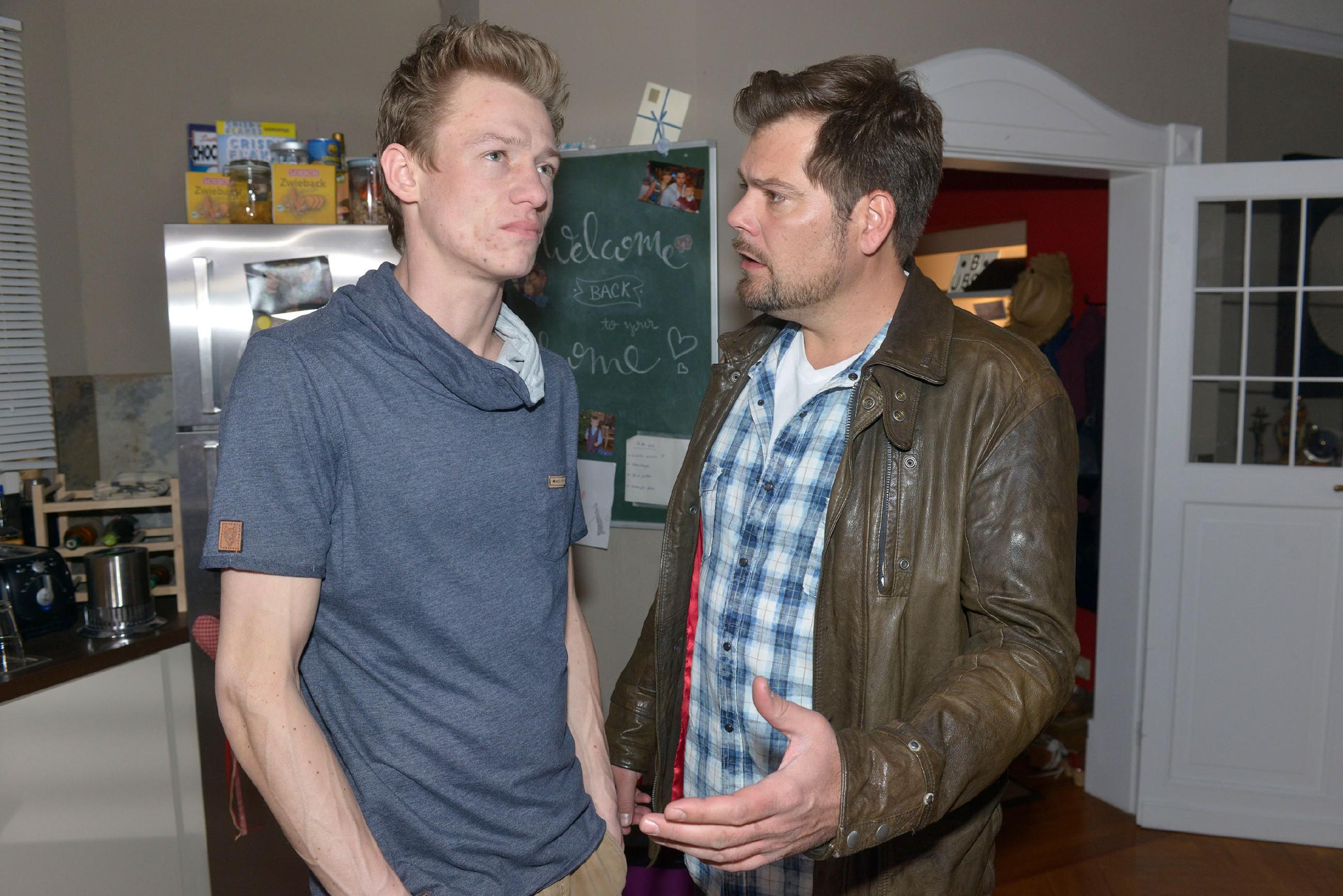 Leon (Daniel Fehlow, r.) versucht Vince (Vincent Krüger) die Gefahren seiner Kokserei vor Augen zu führen.
