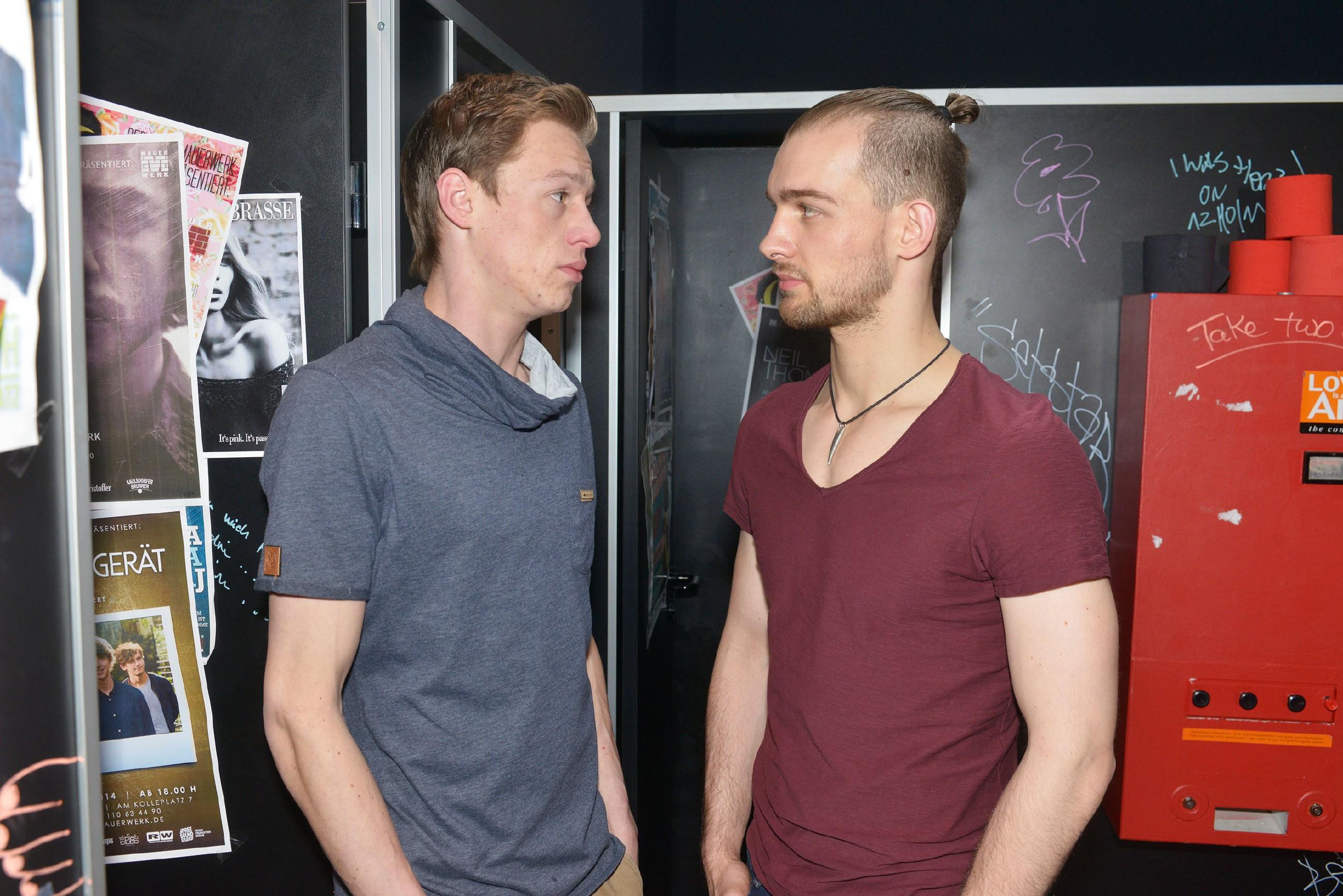 Chris (Eric Stehfest, r.) kann Vince (Vincent Krüger) nicht glauben, dass er aufgehört hat zu koksen - zu oft hat Vince gelogen...