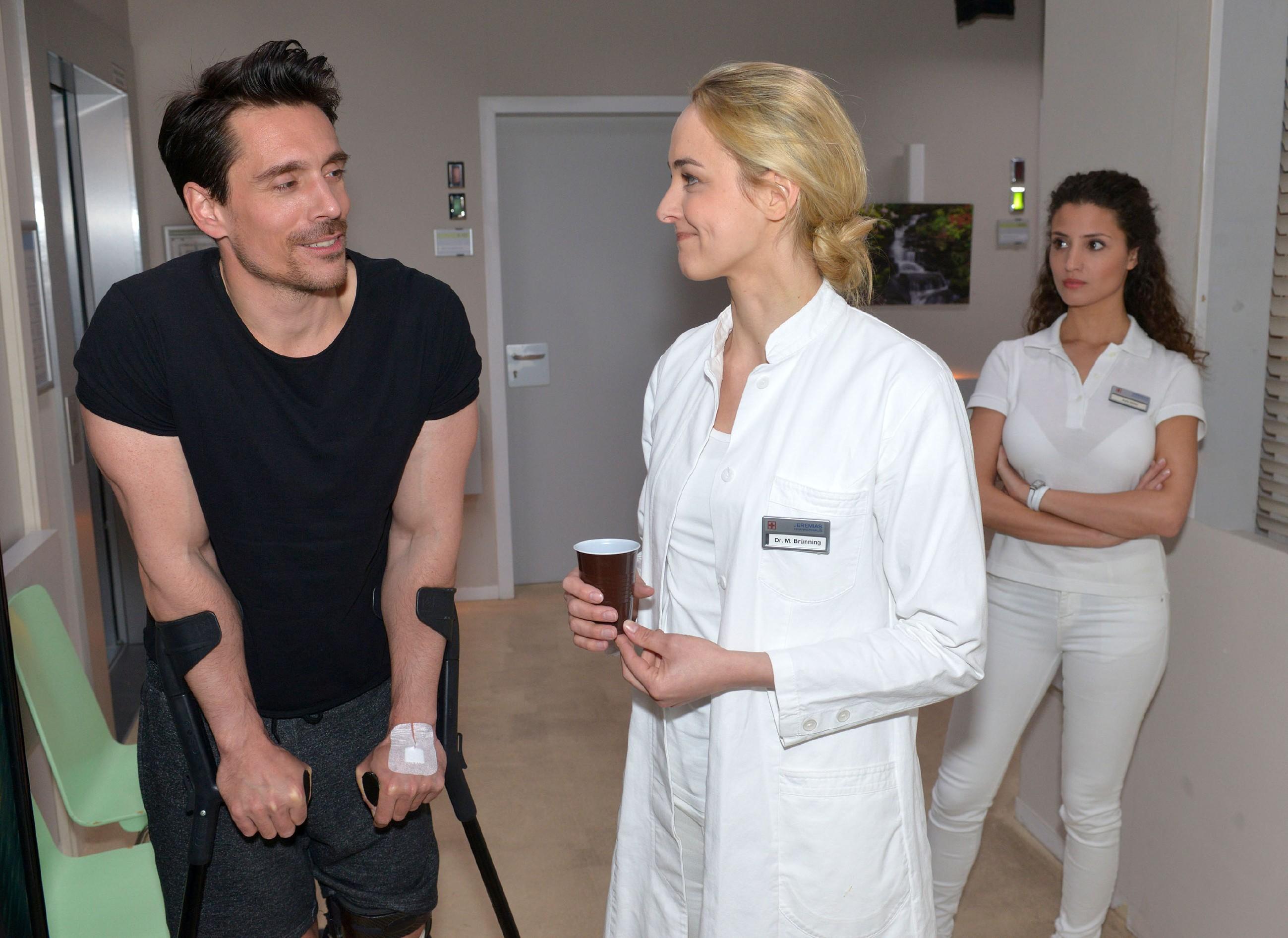 Ayla (Nadine Menz, r.) versetzt es einen Stich, als David (Philipp Christopher) Majas (Anne Catrin Märzke) Interesse weckt. (Quelle: RTL / Rolf Baumgartner)