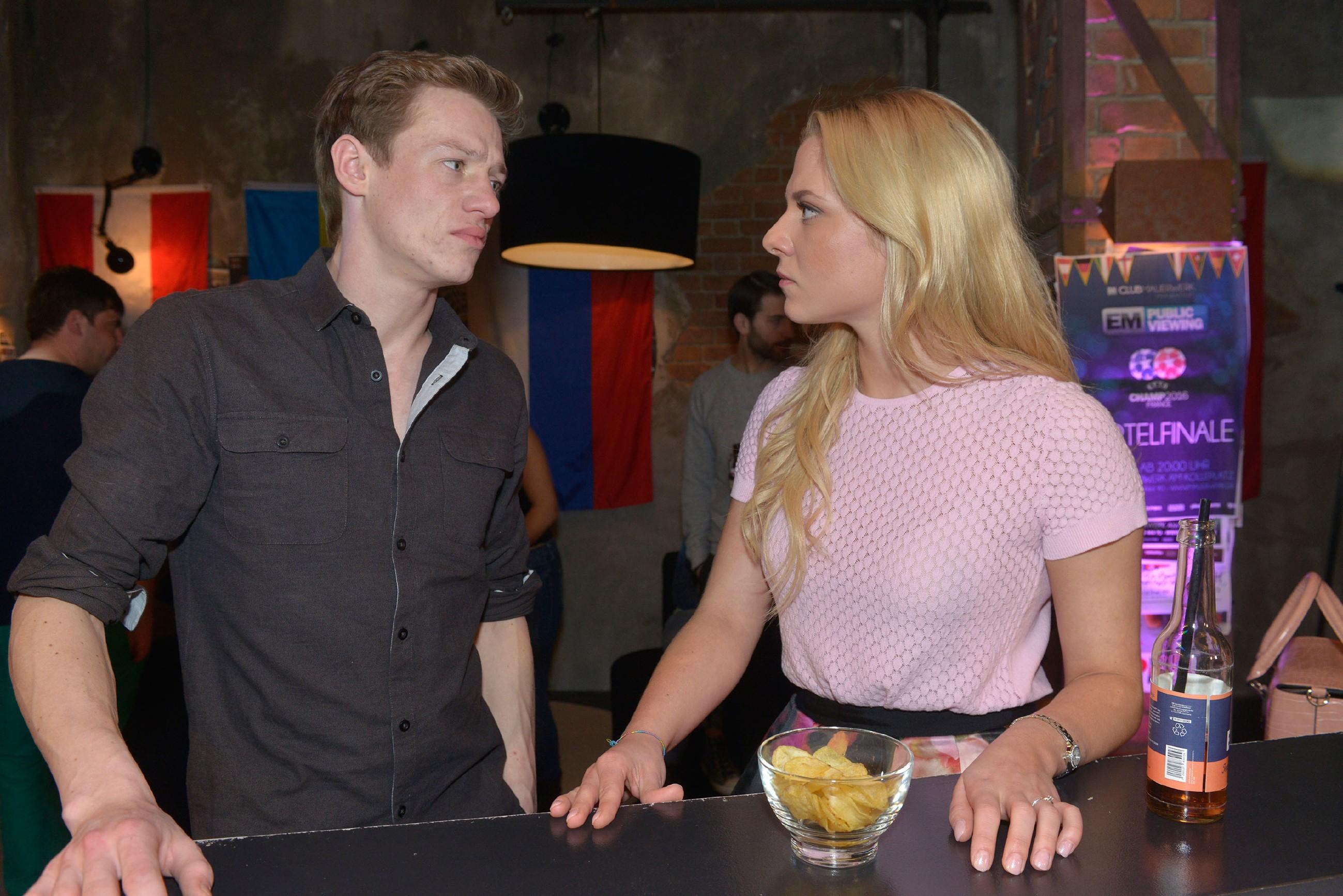 Vince (Vincent Krüger) verstrickt sich immer mehr in Lügen und behauptet vor Sunny (Valentina Pahde), dass er die Zusammenarbeit mit Julius beendet hat.